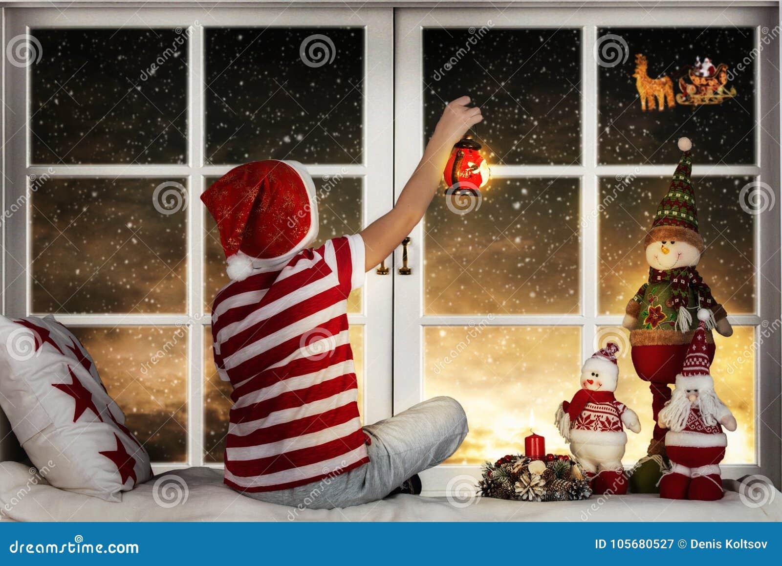 frohe weihnachten und frohe feiertage kleiner junge der. Black Bedroom Furniture Sets. Home Design Ideas