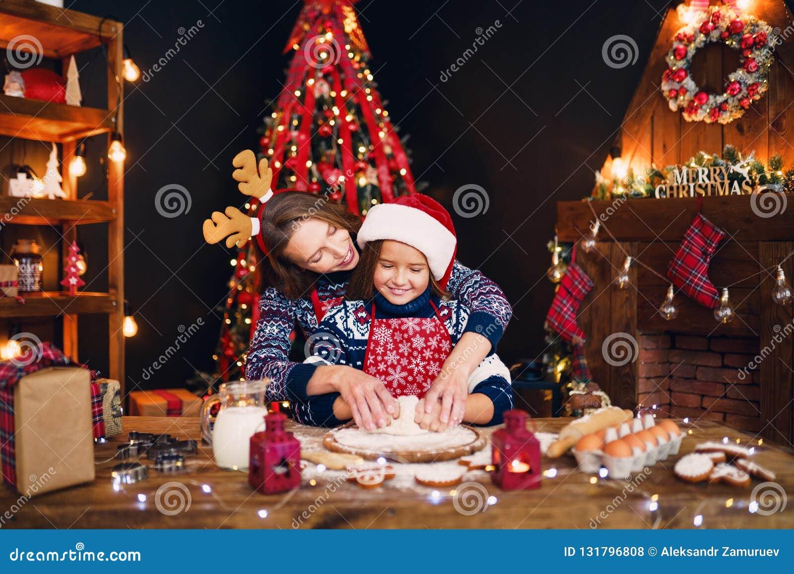Frohe Weihnachten und frohe Feiertage Mutter und Tochter, die Weihnachtsplätzchen kochen