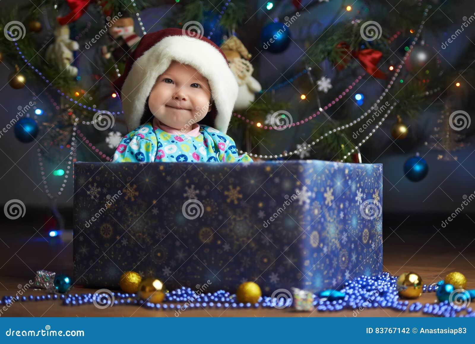 Frohes kleines Baby im Präsentkarton