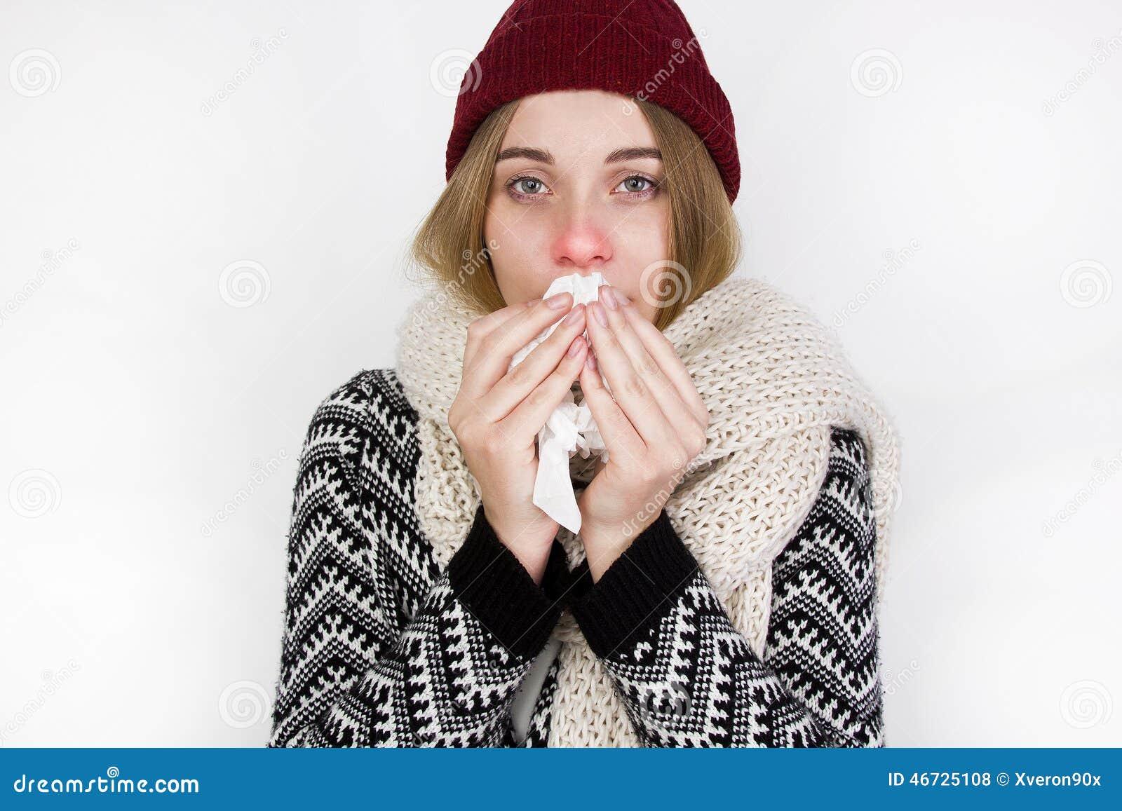 Froid attrapé par femme Éternuement dans le tissu