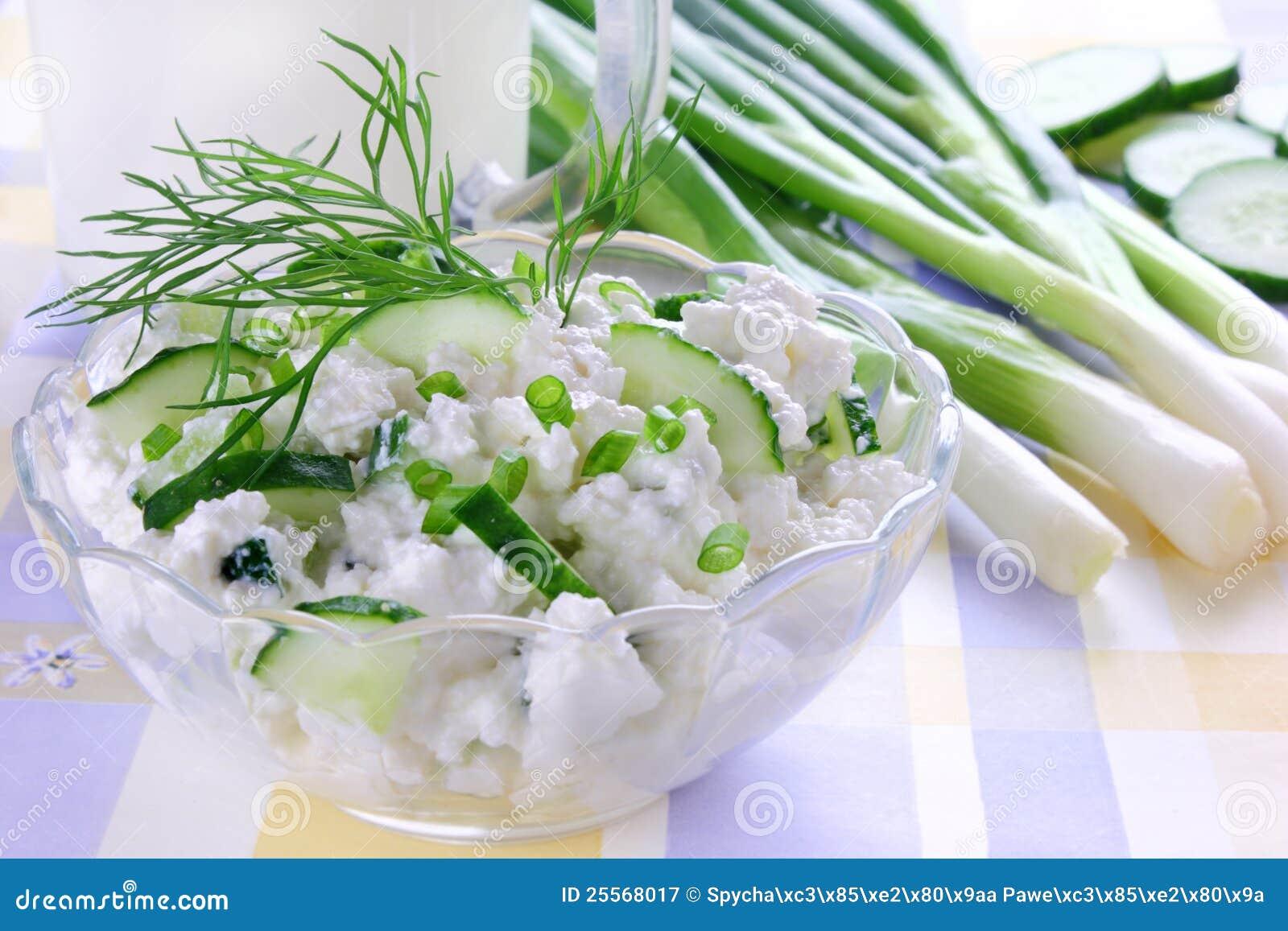 Fromage blanc avec le concombre