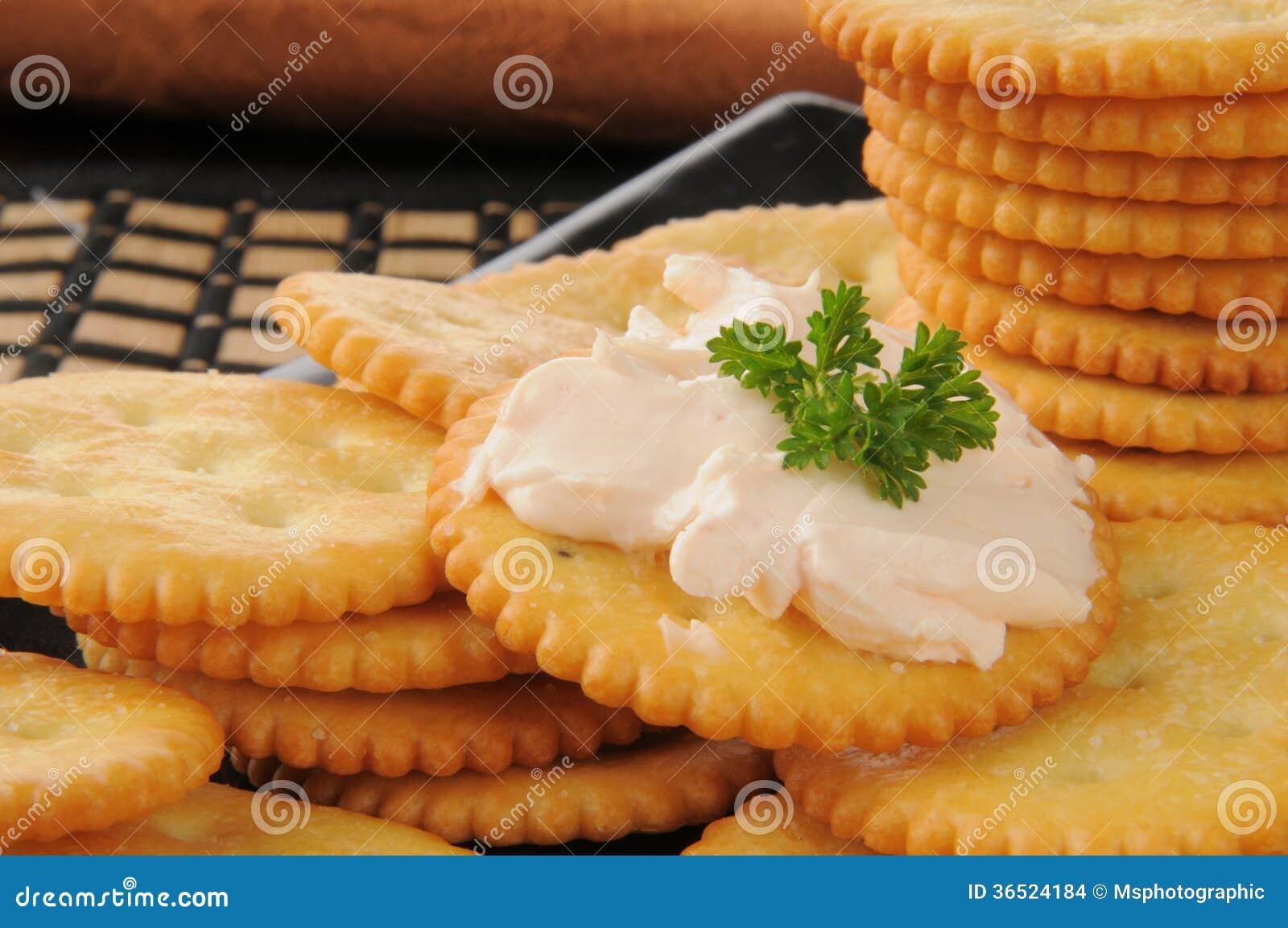 Fromage fondu saumoné sur des biscuits