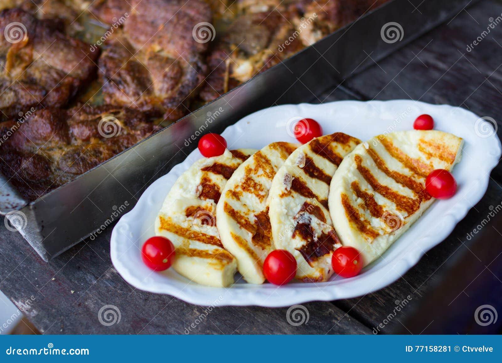 Fromage grillé avec la tomate
