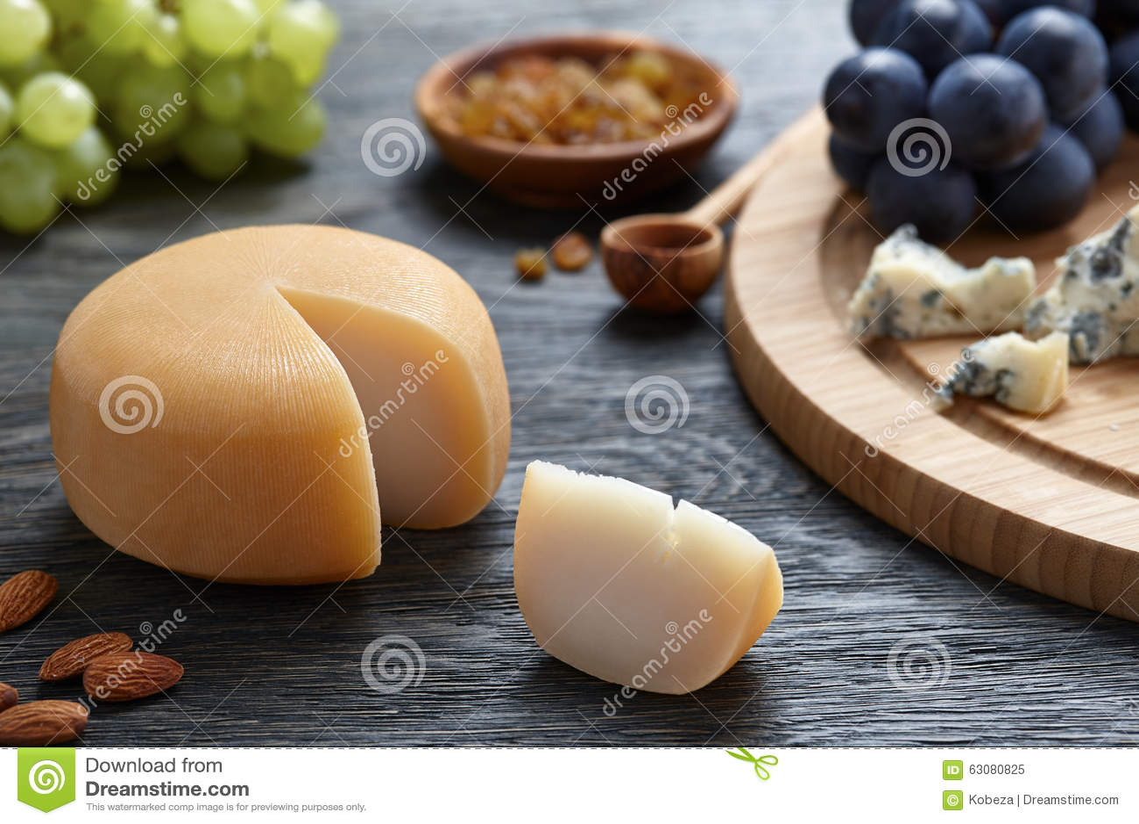Download Fromage Rond Avec Des Raisins Sur Le Backround En Bois Image stock - Image du foncé, gourmet: 63080825