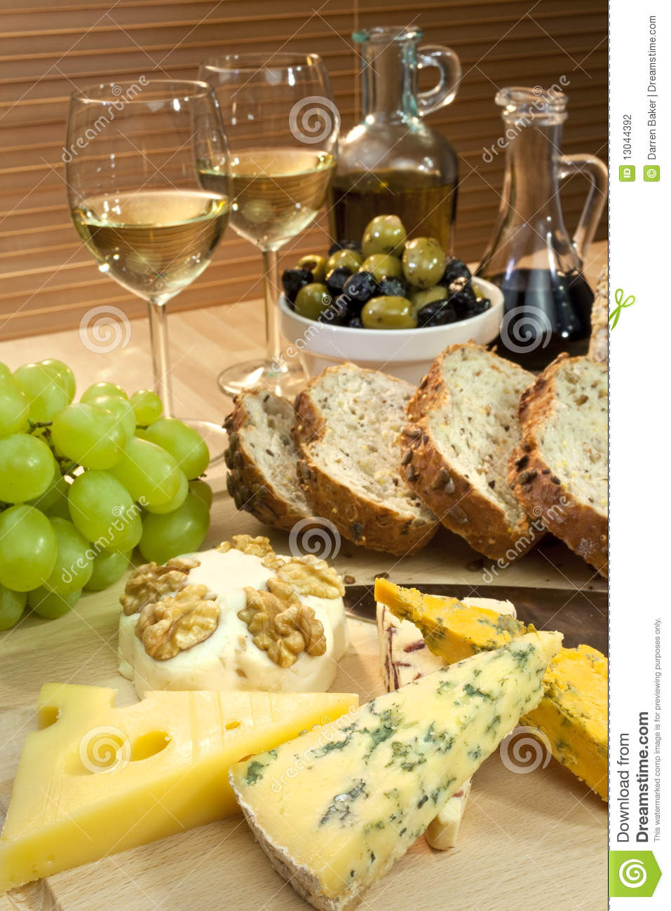 fromage vin blanc raisins olives pain photo stock image du morceaux repas 13044392. Black Bedroom Furniture Sets. Home Design Ideas