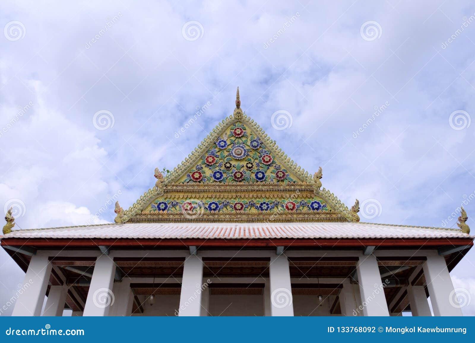 Frontão real tailandês do santuário de Wat Chaloem Phra Kiat Worawihan