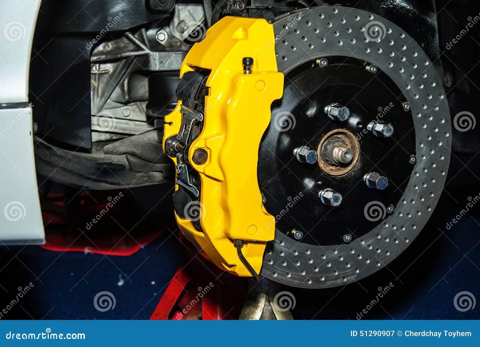 Front Disk-rem op een moderne auto Het remsysteem toont echt
