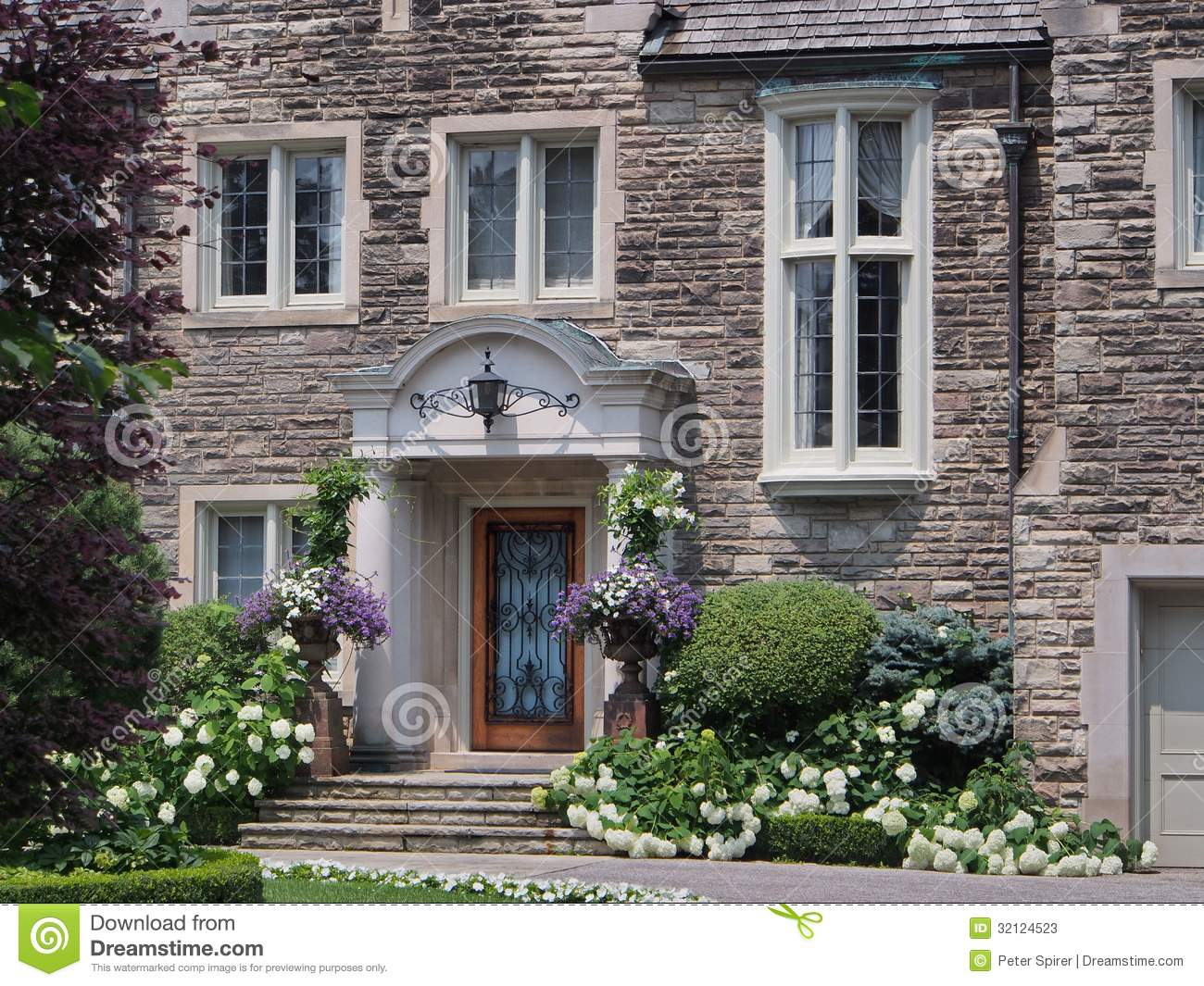 Front door with flowers stock photos image 32124523 for Elegant stone