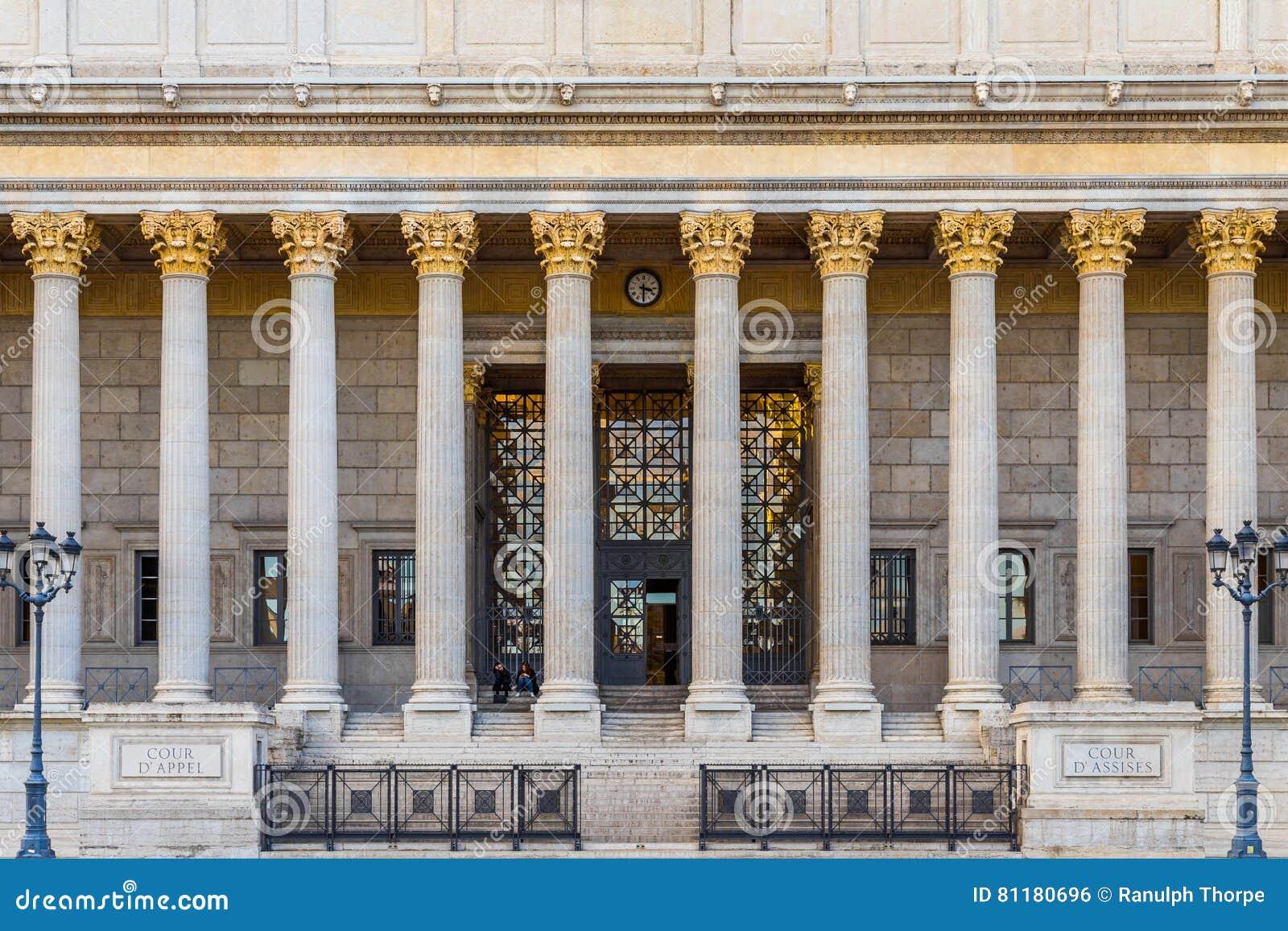 Front eines französischen Gerichtsgebäudes
