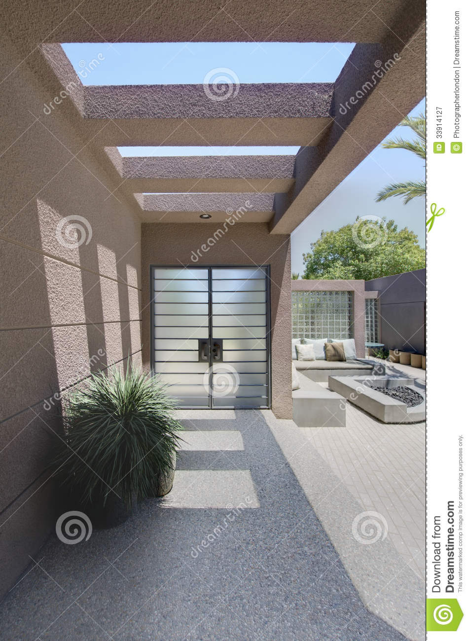 Front entrance with veranda of huis stock afbeelding afbeelding 33914127 - Huis veranda ...