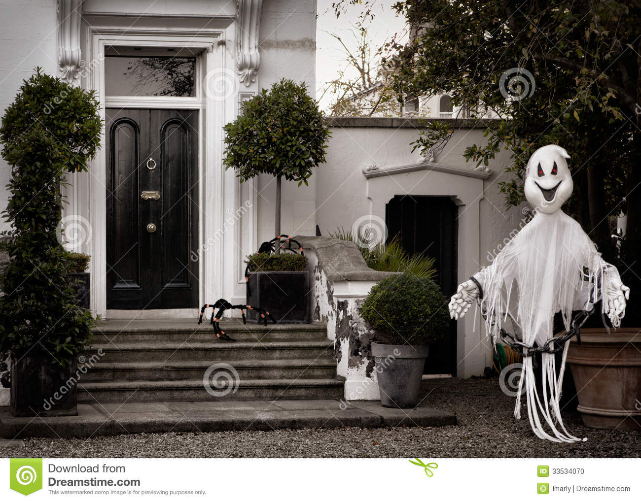 Front garden decoration for halloween with scary ghost for Decoration jardin halloween