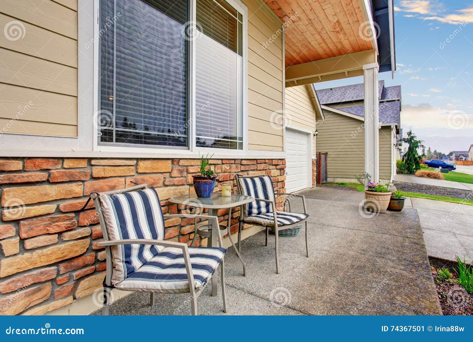 Front Porch com arranjo de assento na casa de madeira clássica