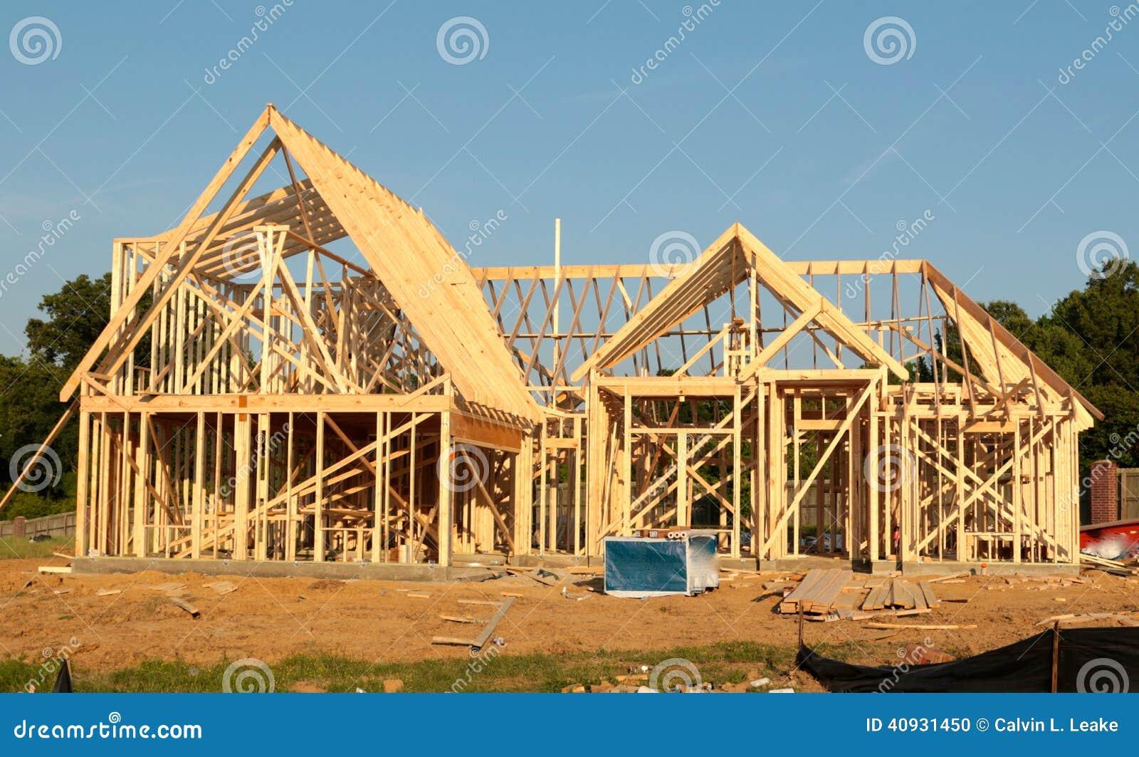 Front View av ramen av ett förorts- hem under konstruktion