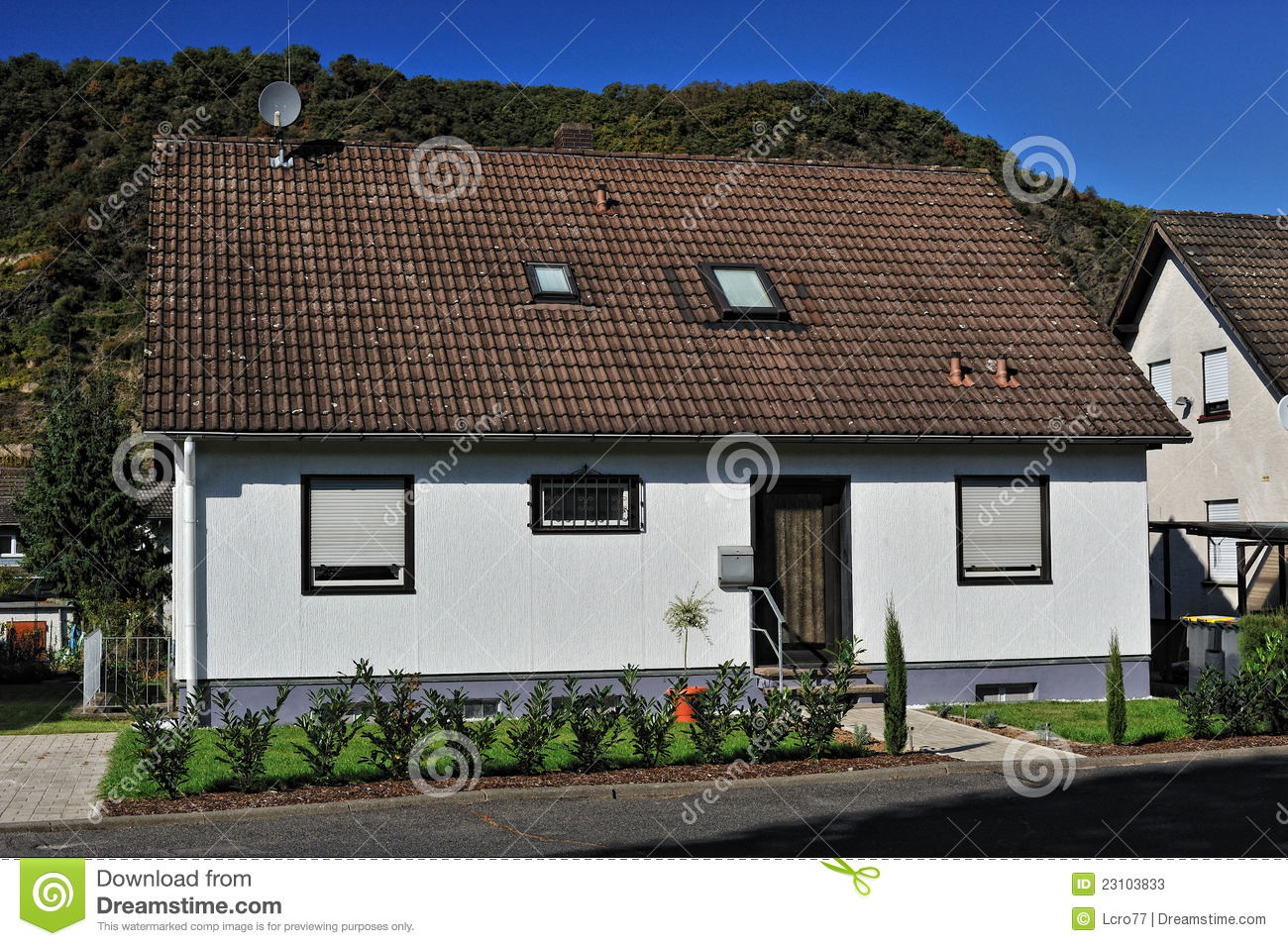 Front view of the modern house stock photos image 23103833 for Modern house front view