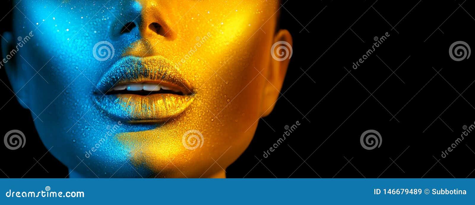Fronte della donna del modello di moda nelle scintille luminose, luci al neon variopinte, belle labbra sexy della ragazza Trucco