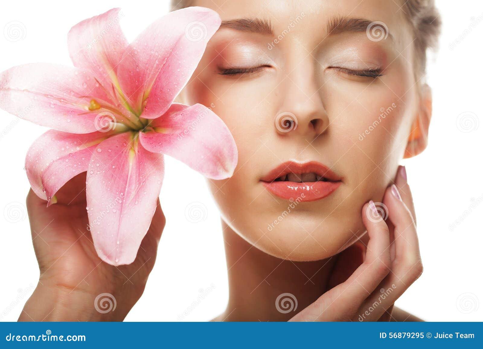 Fronte di bellezza della giovane donna con il giglio rosa