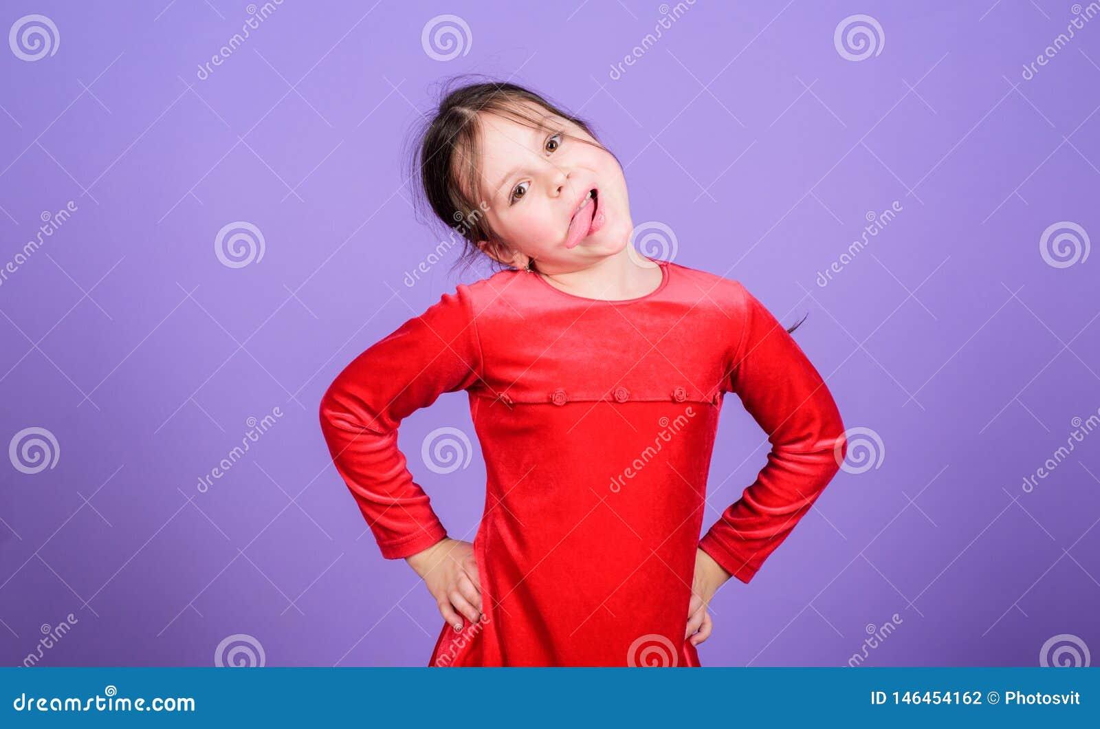 Fronte divertente dello smorfia del bambino allegro allegro sveglio della ragazza Infanzia felice Bambina felice Il giorno dei ba