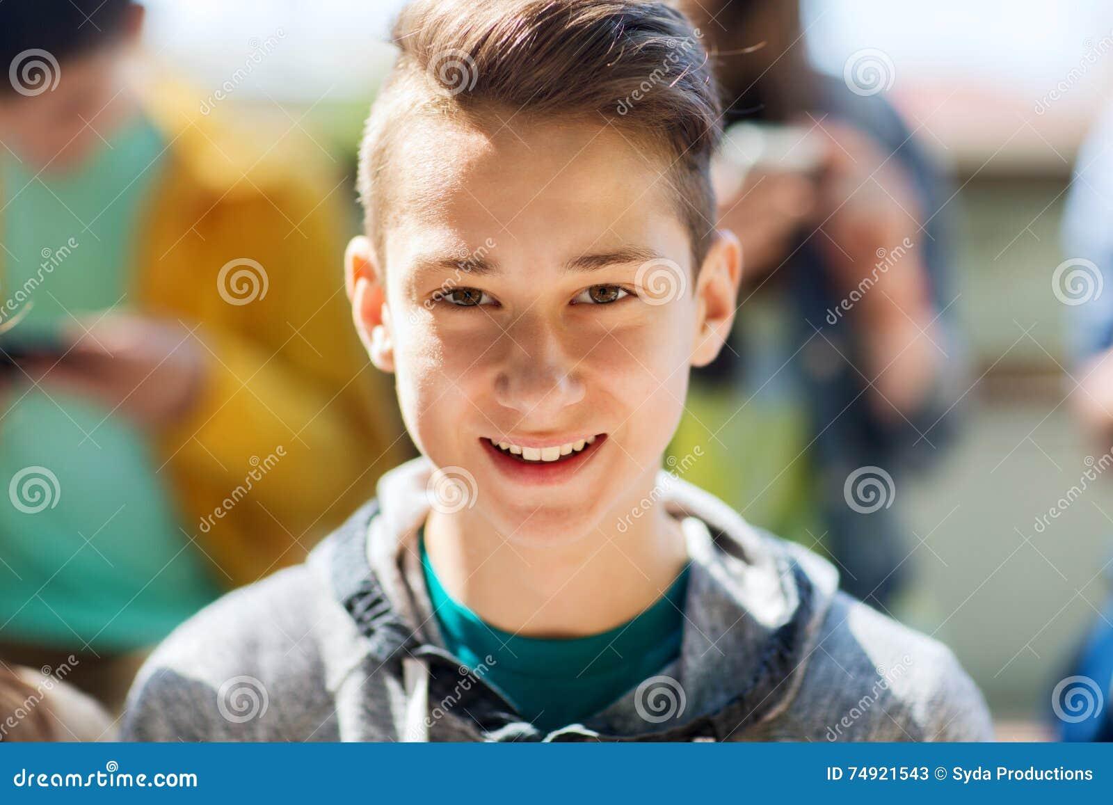 Fronte felice dell adolescente