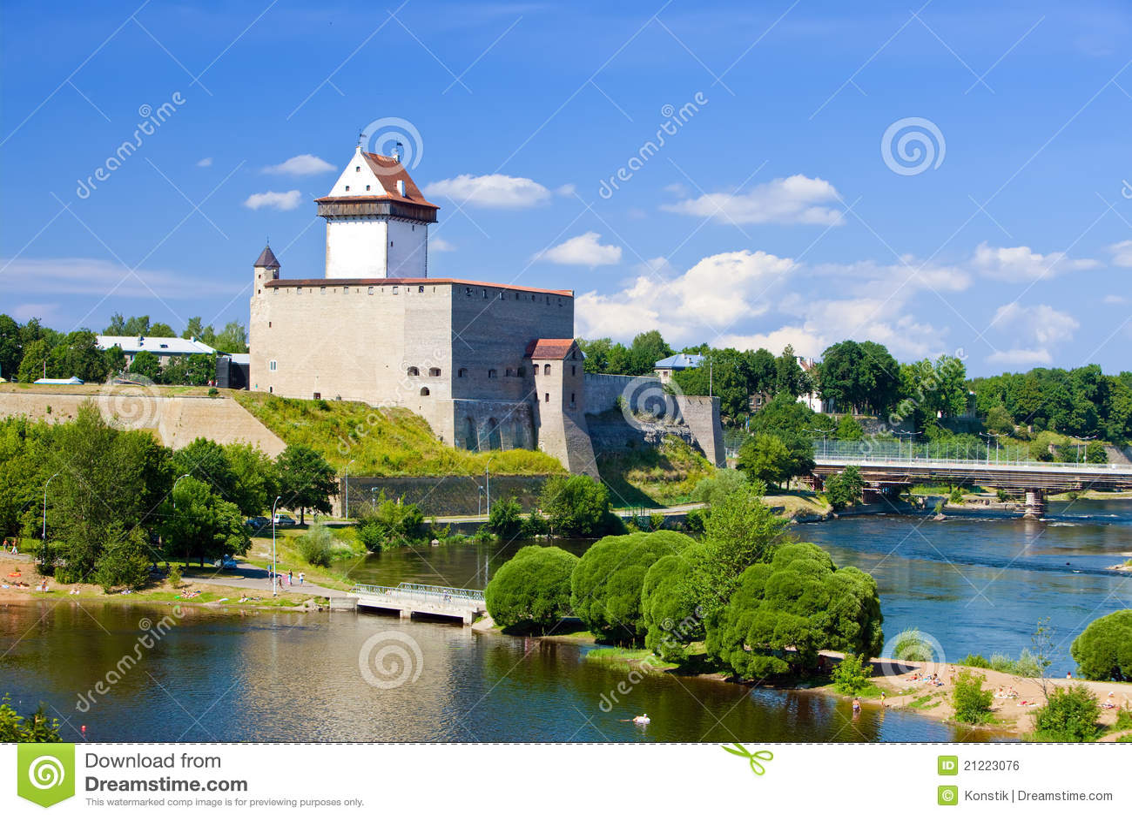 Frontera de la fortaleza de Estonia.Narva.Ancient con Rusia