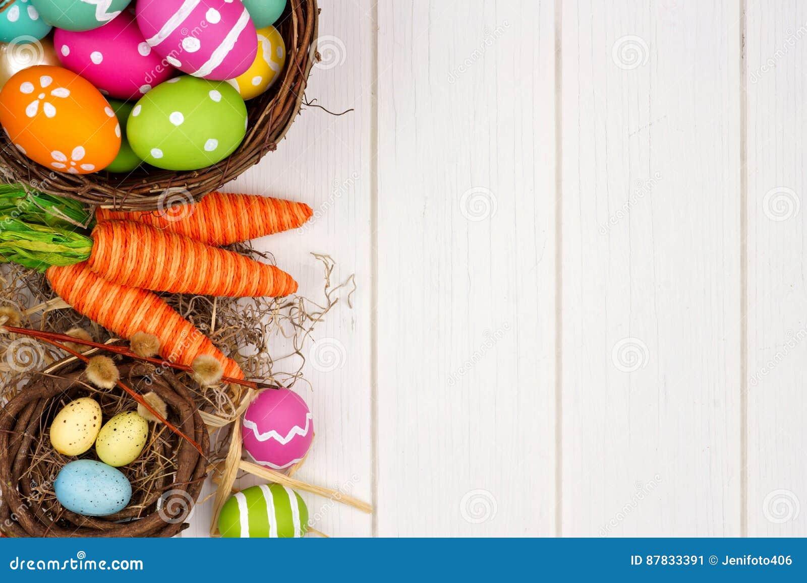 Frontera del lado de la decoración de Pascua o de la primavera sobre la madera blanca