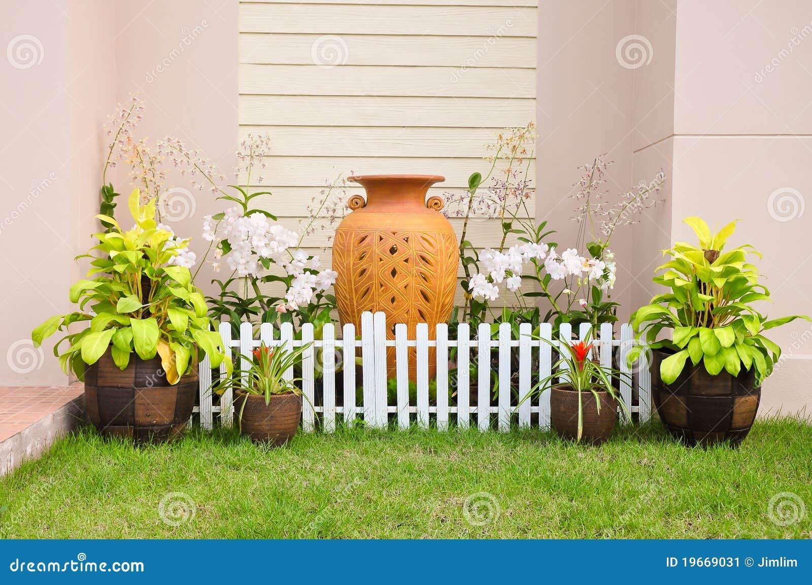 Frontière De Sécurité De Petite Maison. Petit Jardin Image ...
