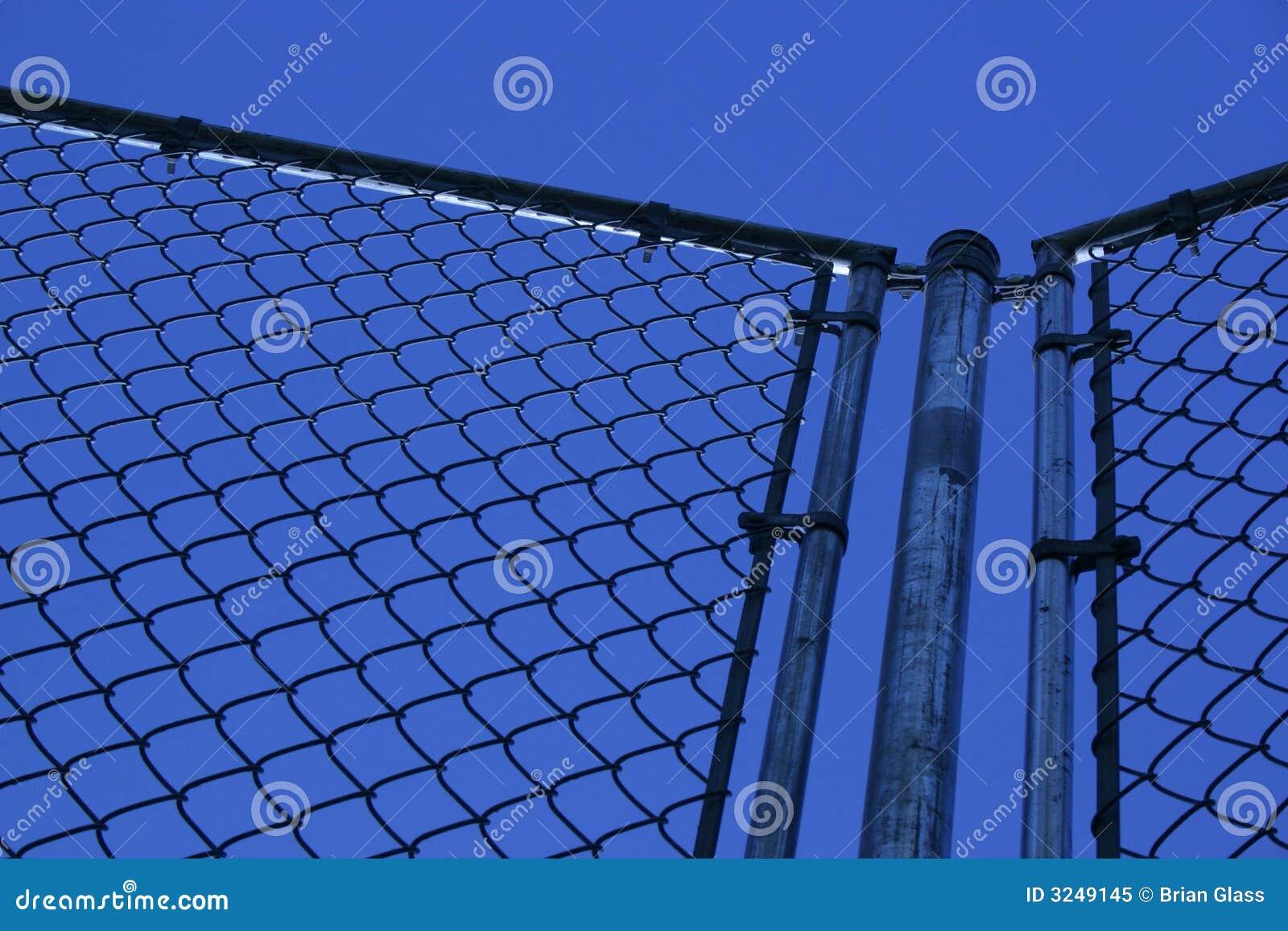 Frontière de sécurité et ciel bleu