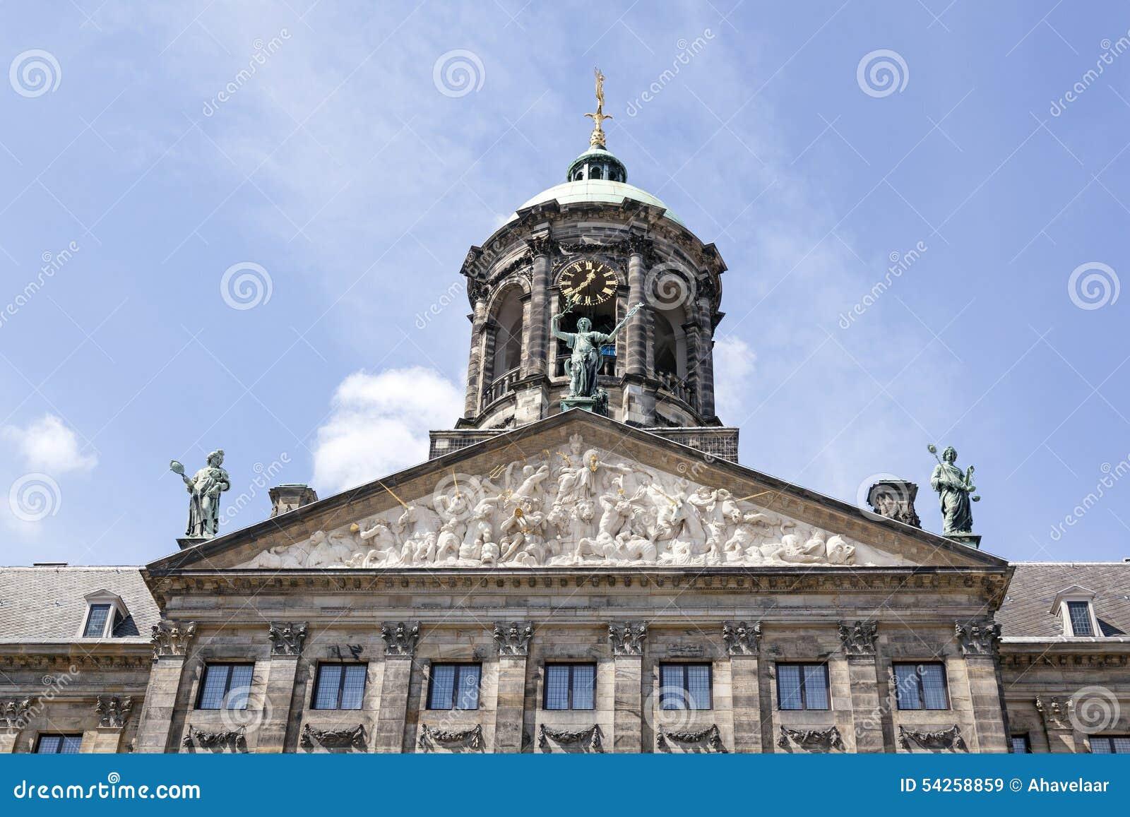 Fronton van nederlands koninklijk paleis in amsterdam stock foto afbeelding 54258859 - Koninklijk kunstpaleis ...