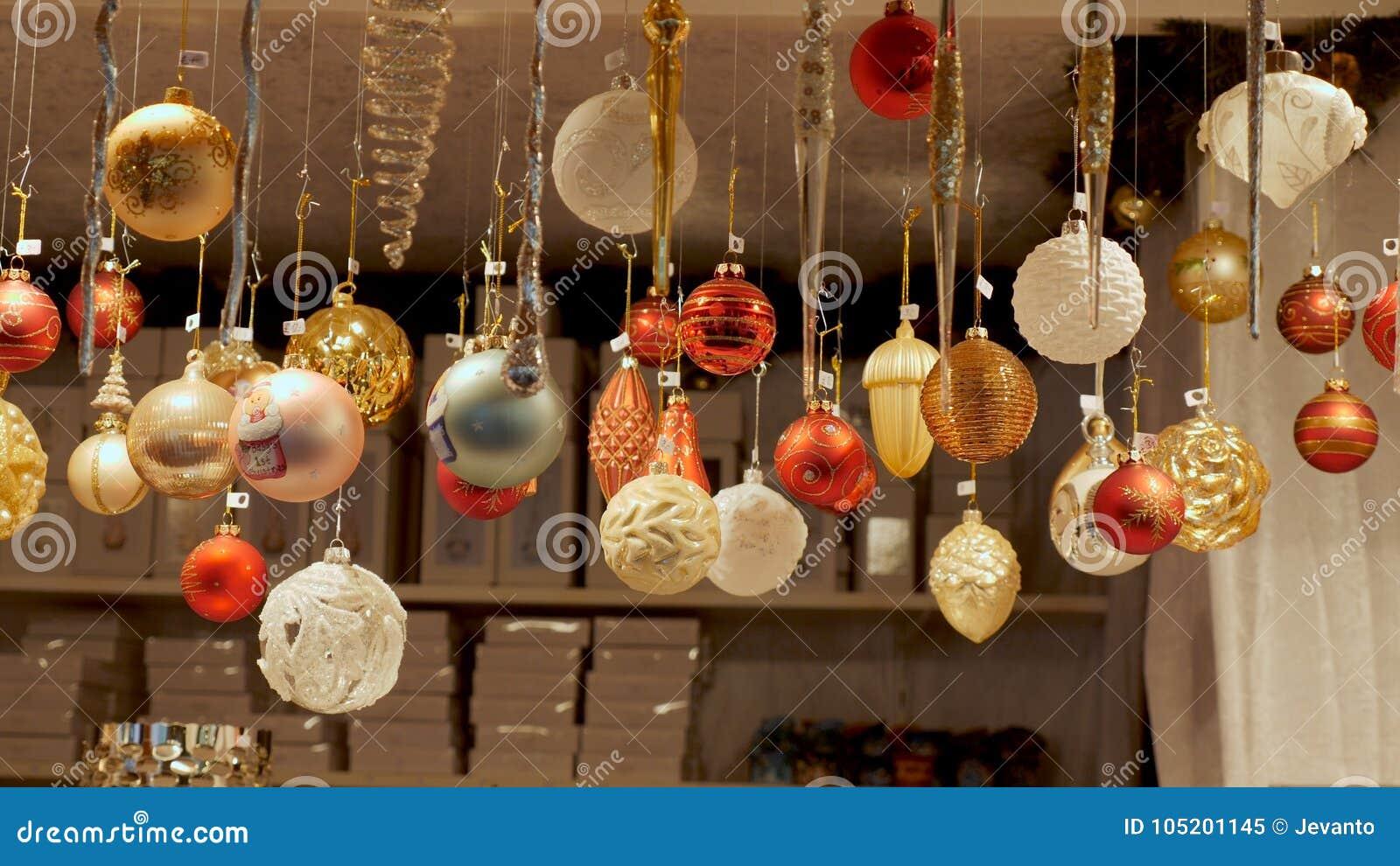 Frontowego widoku Bożenarodzeniowe dekoracje przy niemiec rynkiem