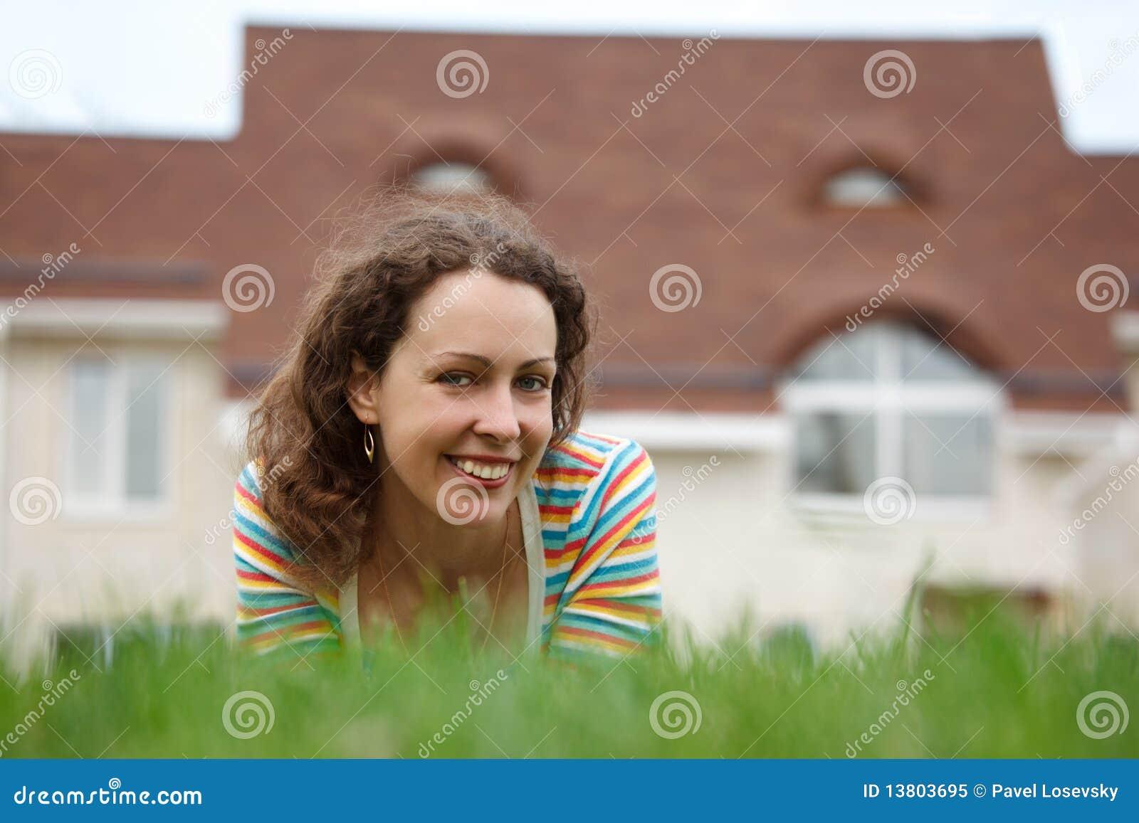 Frontowej dziewczyny szczęśliwy domowy gazon nowy