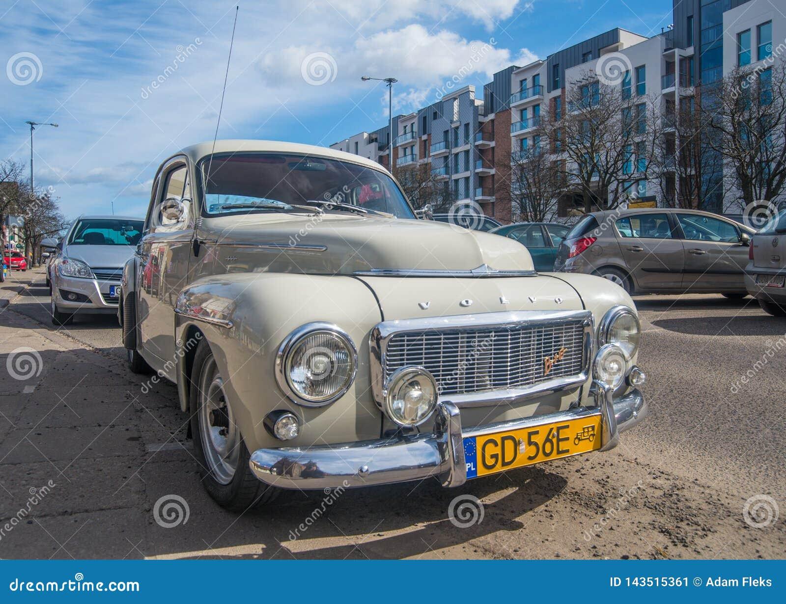 Frontowy szeroki kąta widok rocznik Volvo B16 w popielatym