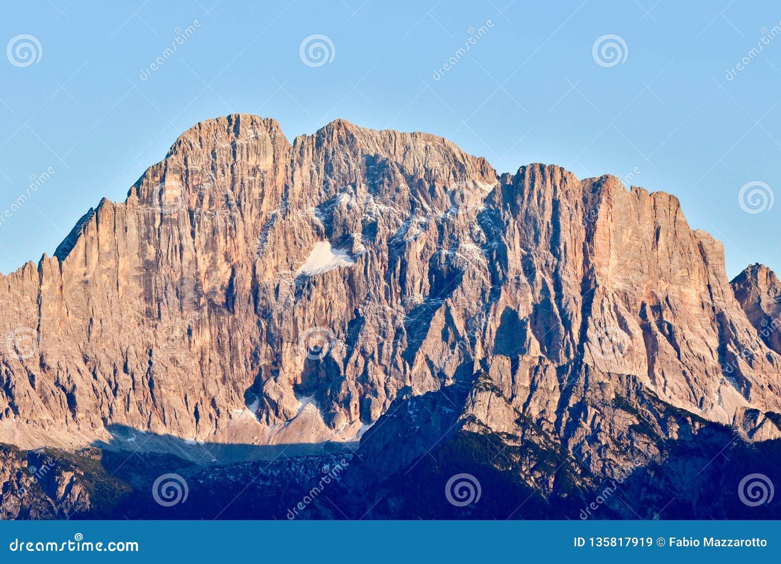 Frontowy widok Europejscy Alps Monte Civetta góra która jest częścią dolomity,