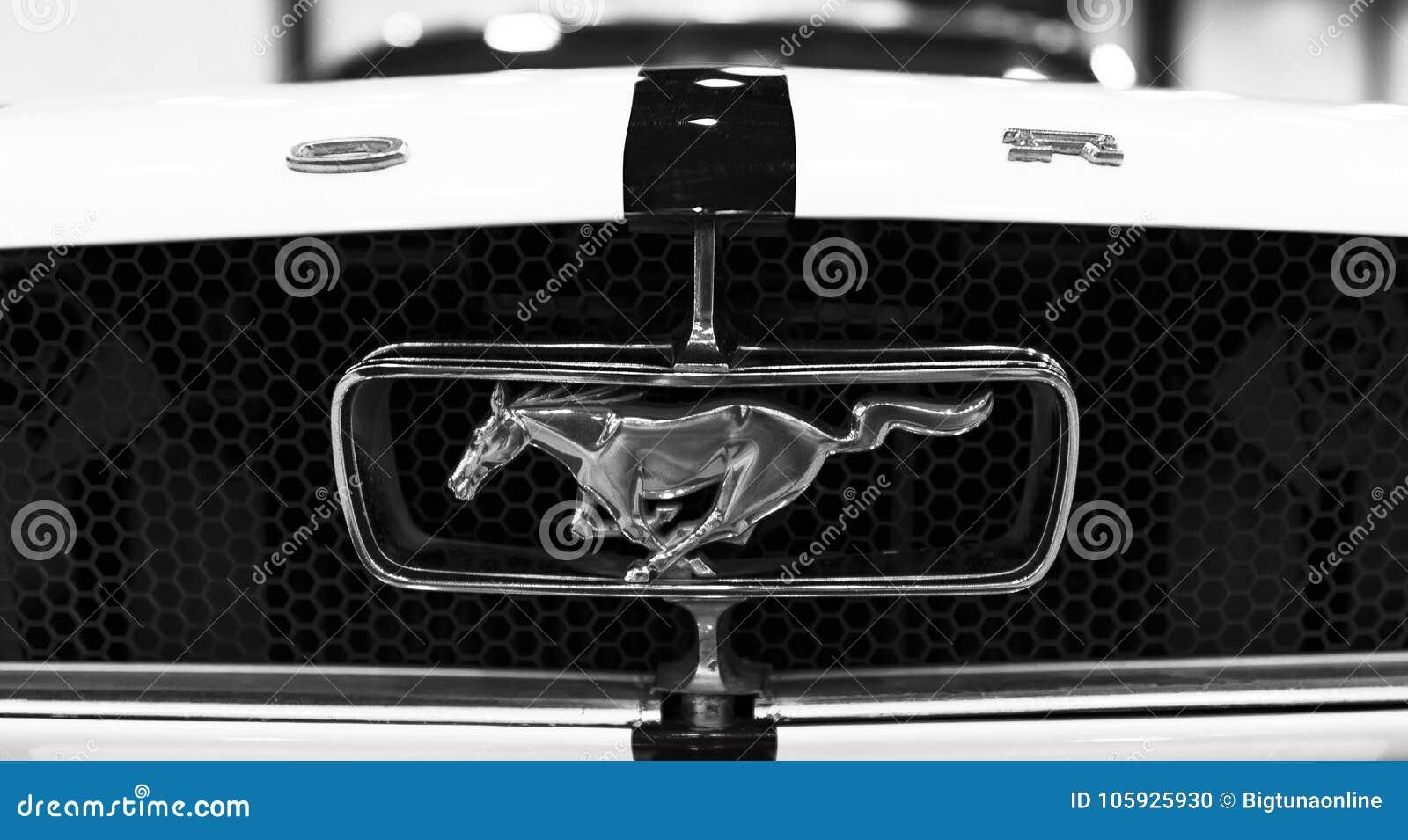 Frontowy Widok Klasyczny Retro Ford Mustanga Gt Logo Z Dzialajacym
