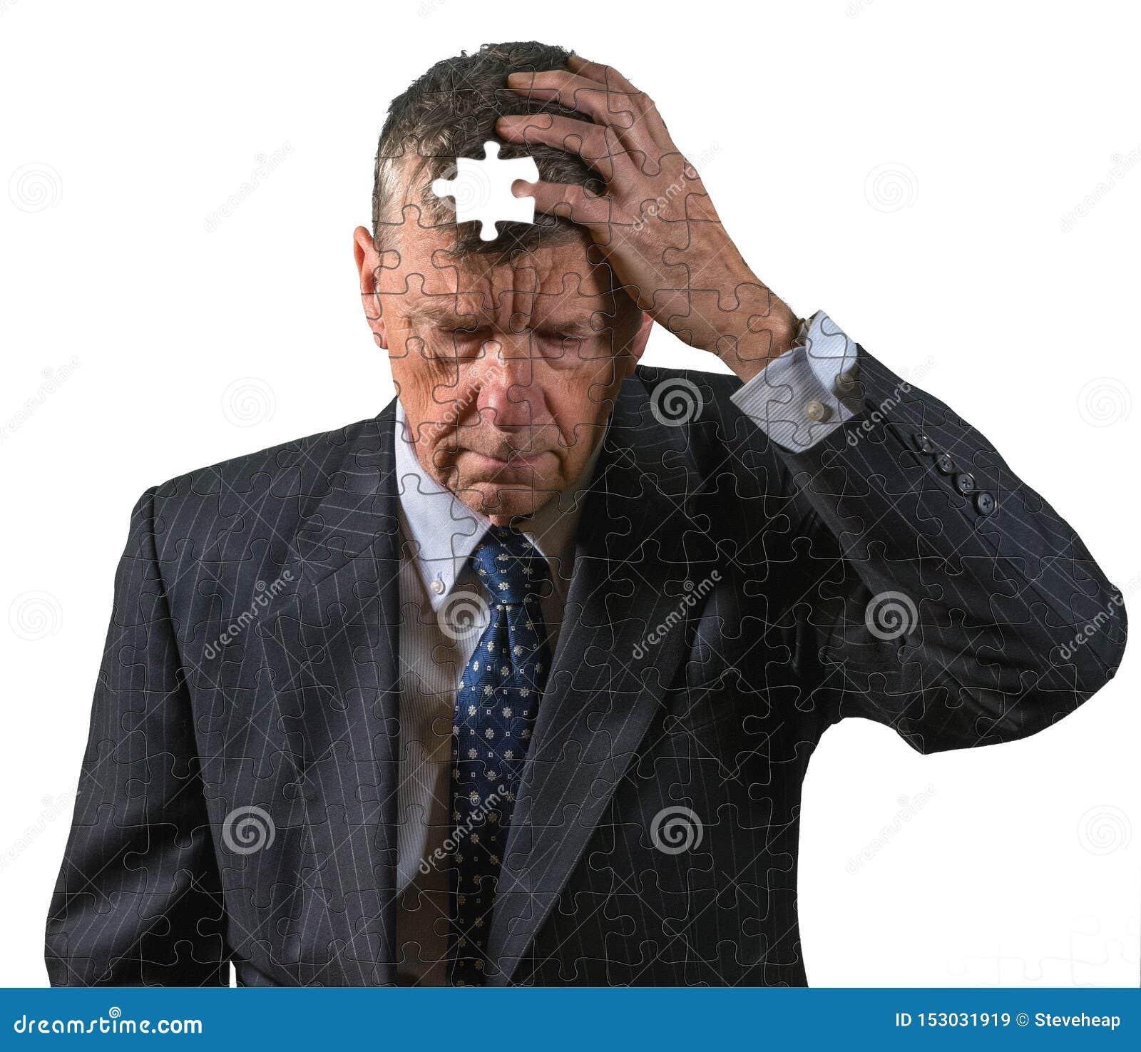 Frontowy widok starszy caucasian mężczyzna martwił się o pamięci demencji i stracie