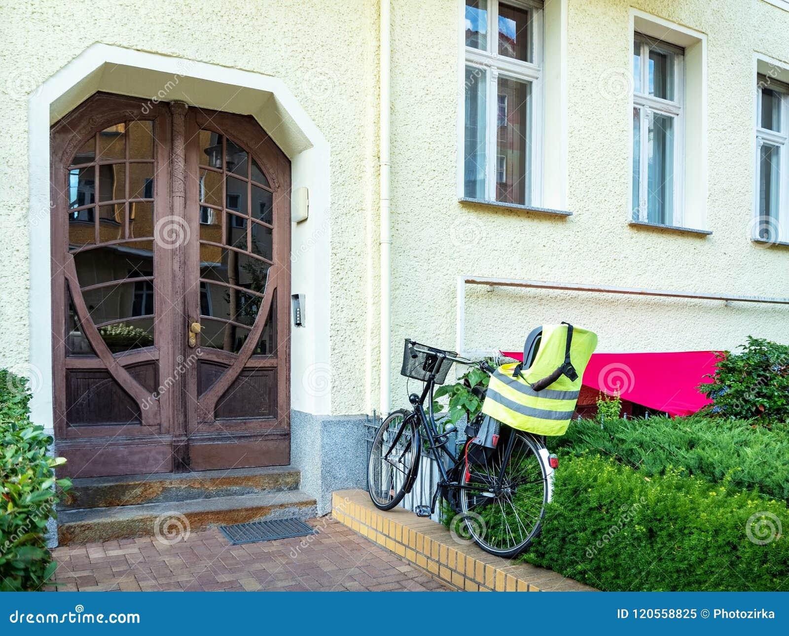 Frontowy widok wejściowy drzwi