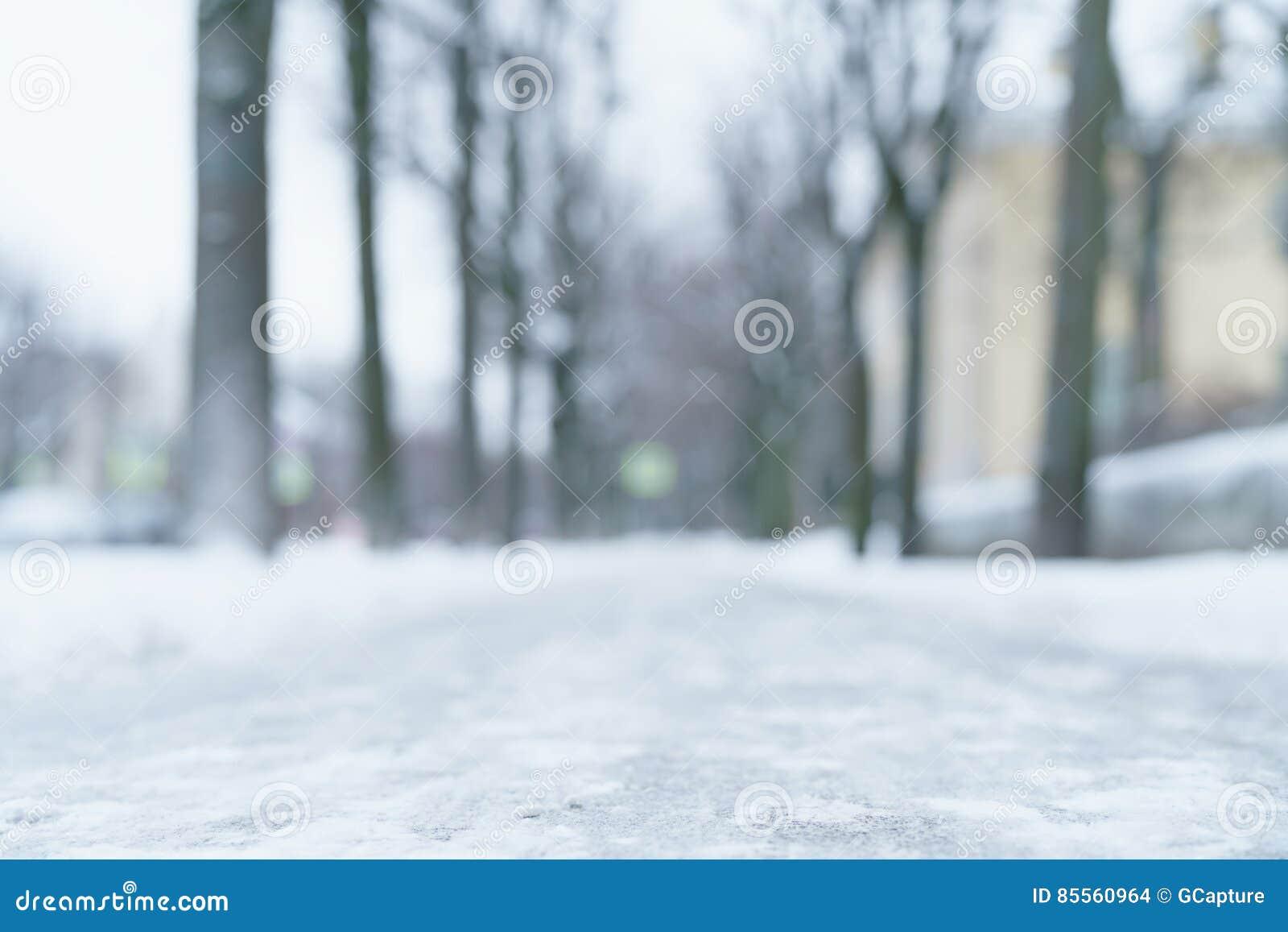 Froschperspektive des Stadtbürgersteigs im Winter