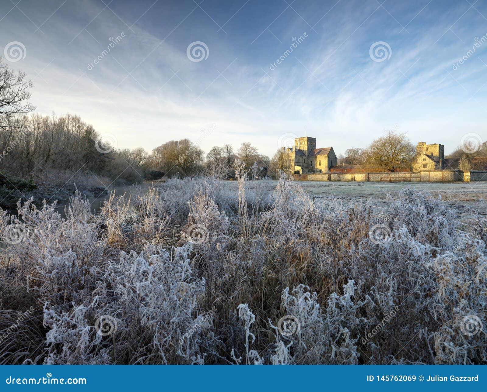 Frostig vintersoluppgång med en rimfrostsikt av St-korssjukhuset, Winchester, Hampshire, UK