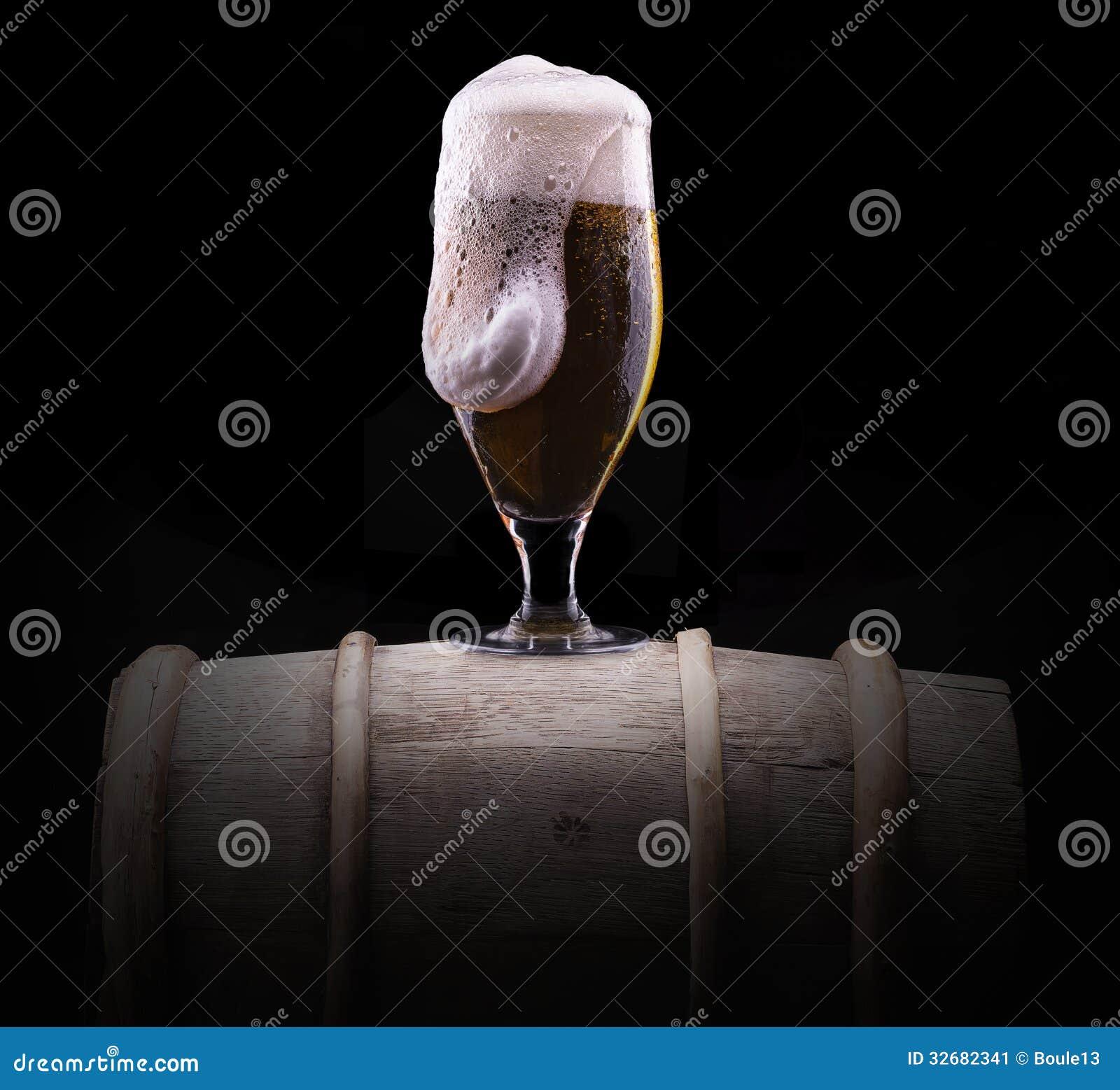 Frostigt exponeringsglas av ljust öl på svart bakgrund