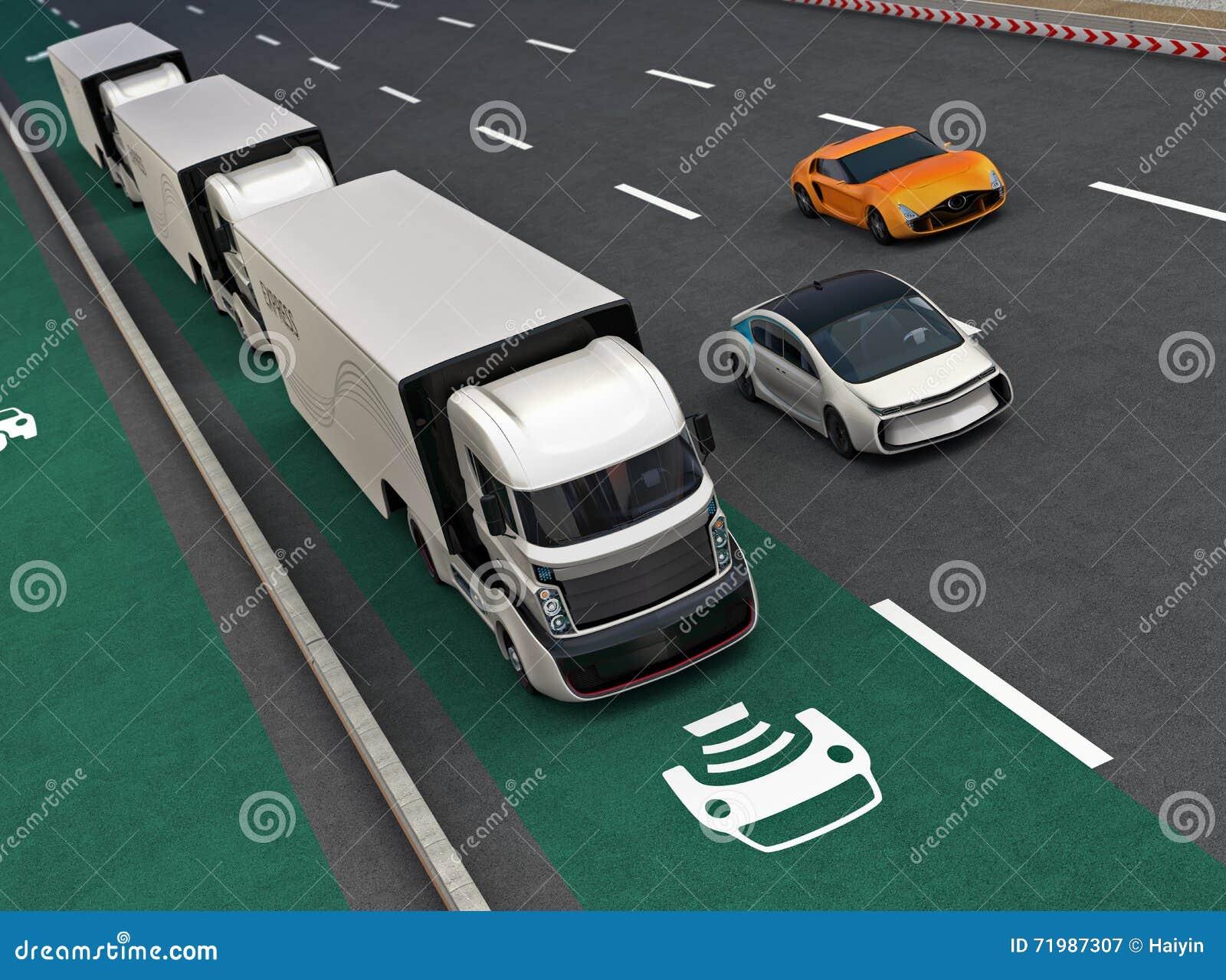 Frota dos caminhões híbridos autônomos que conduzem na pista de carregamento sem fio