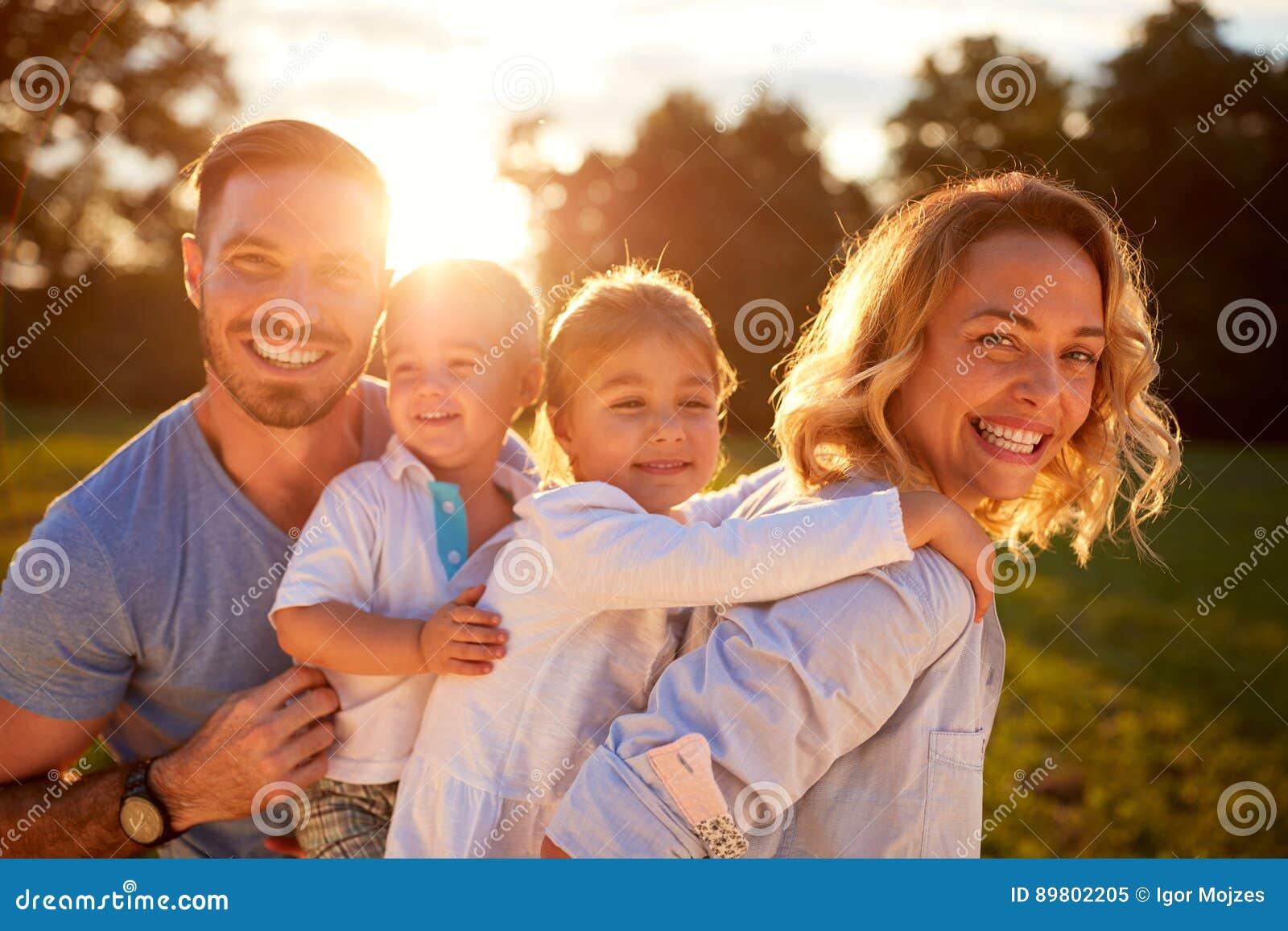 Fru och make med barn i natur