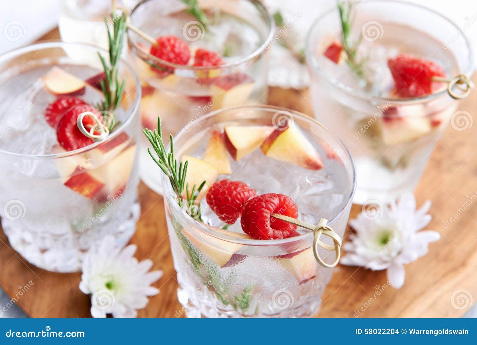 Fruchtige Erfrischungsgetränke Stockfoto - Bild von floral, getränk ...