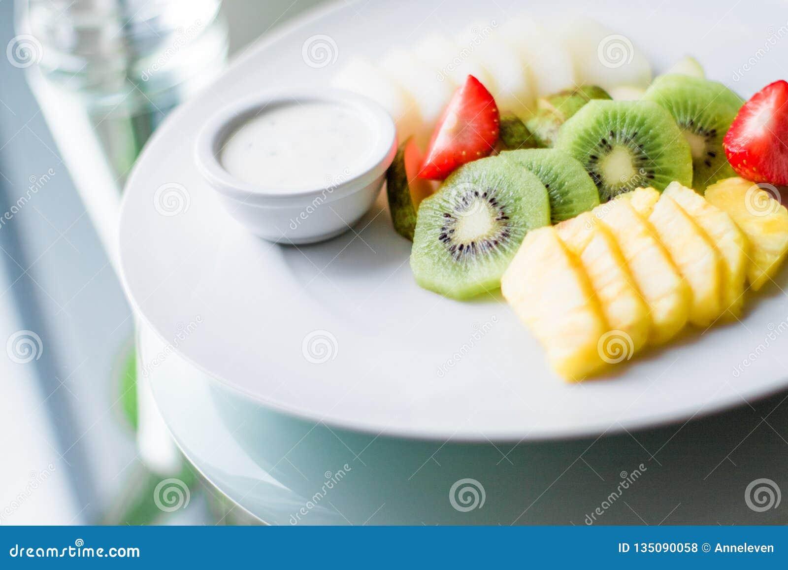 Fruchtplatte diente - frische Früchte und gesunde Ernährung angeredetes Konzept