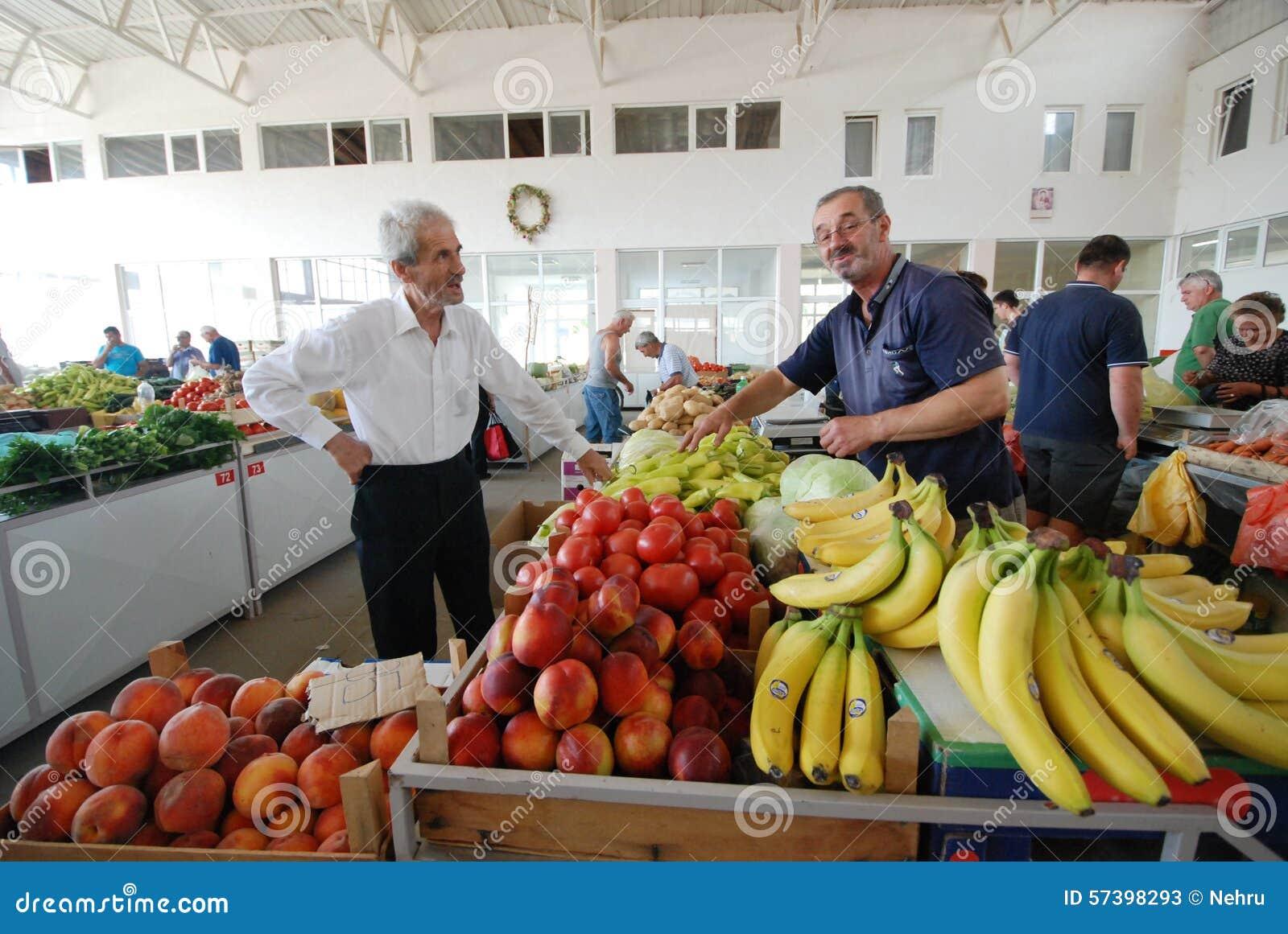 Fruit en plantaardige verkopers bij de markt