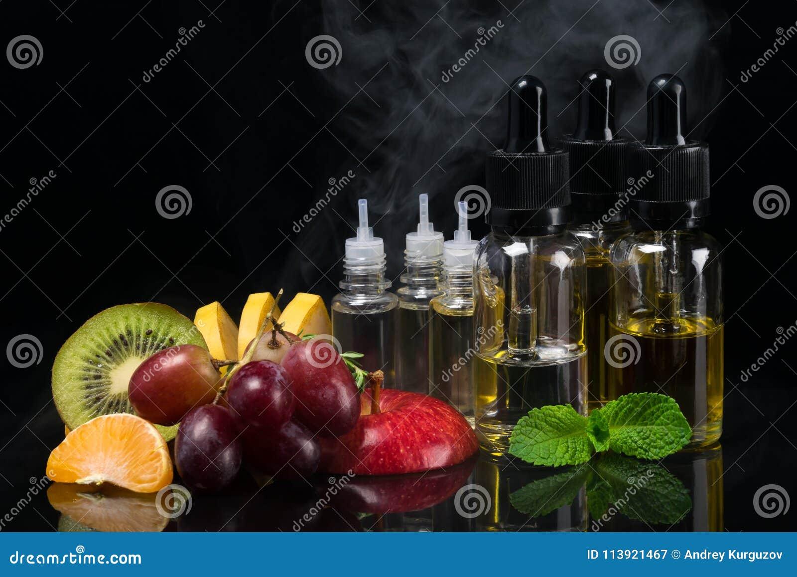 Fruit et saveurs dans des bouteilles pour une cigarette électronique, concept sur un fond noir avec une vapeur