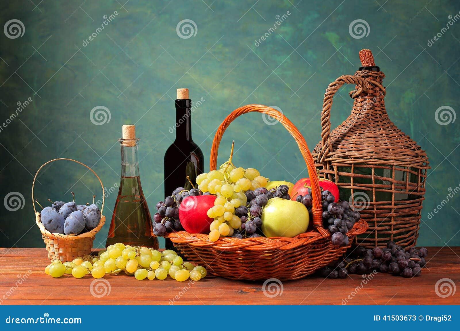 fruit frais dans un panier en osier et bouteille de vin photo stock image 41503673. Black Bedroom Furniture Sets. Home Design Ideas