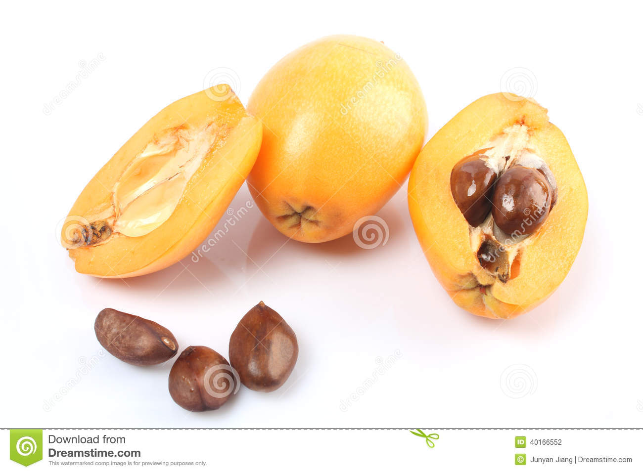 fruit frais de loquat cognassier du japon d 39 eriobotrya et une coupe une photo stock image du. Black Bedroom Furniture Sets. Home Design Ideas