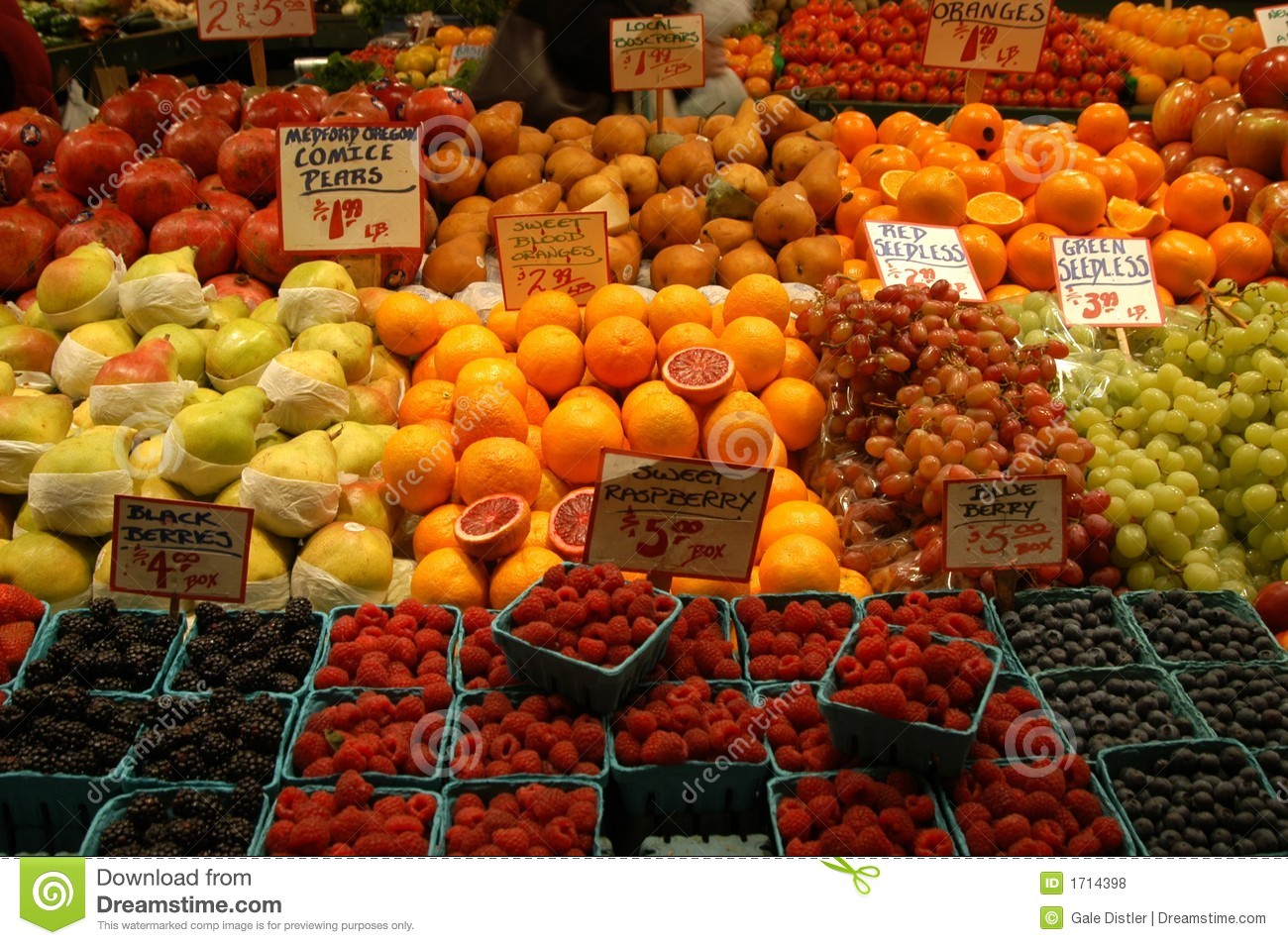 Fruit market with oranges, apples, pears, berries and grapes.