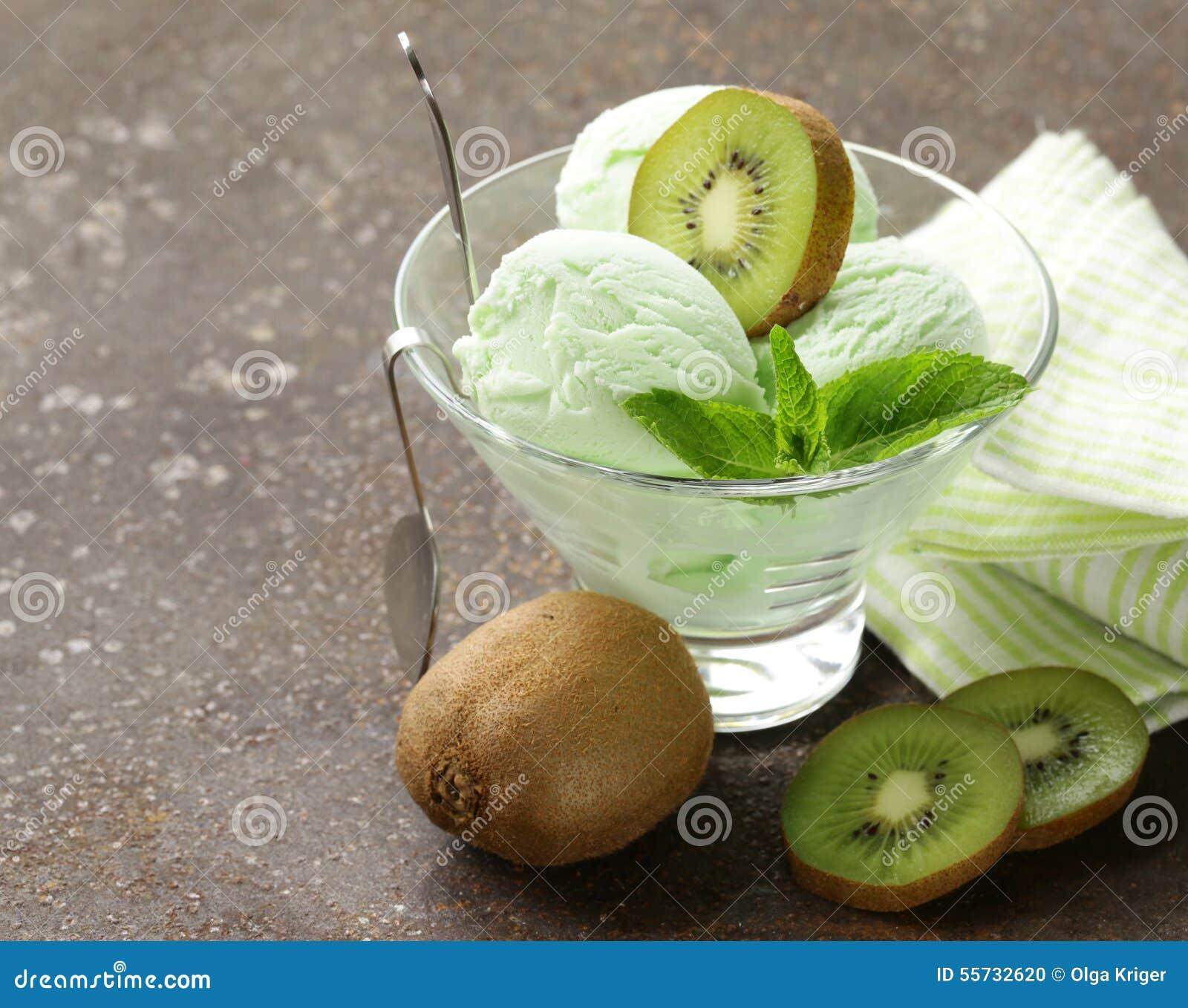 Fruit romig roomijs met groene kiwi