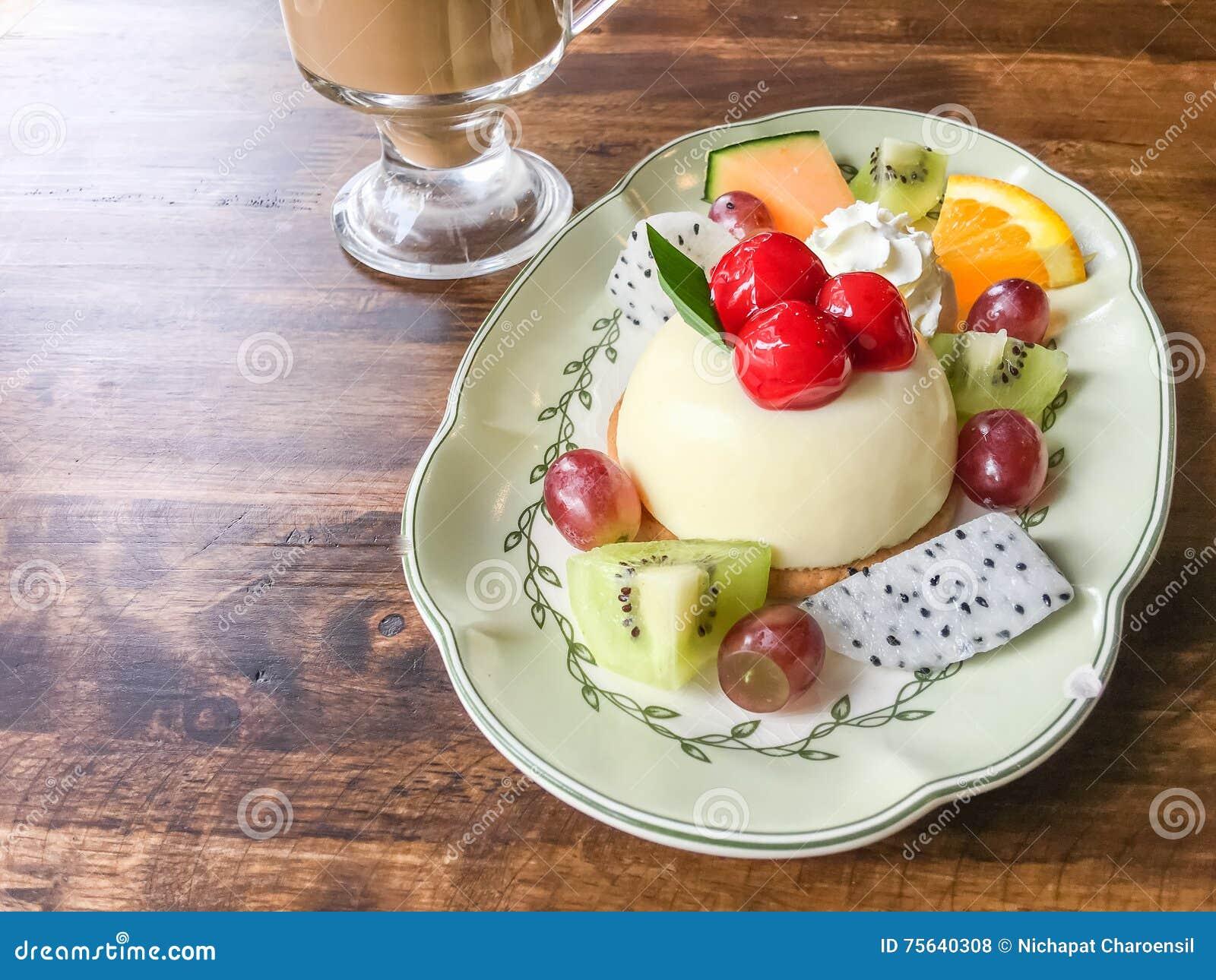 Fruitkaastaart en koffie