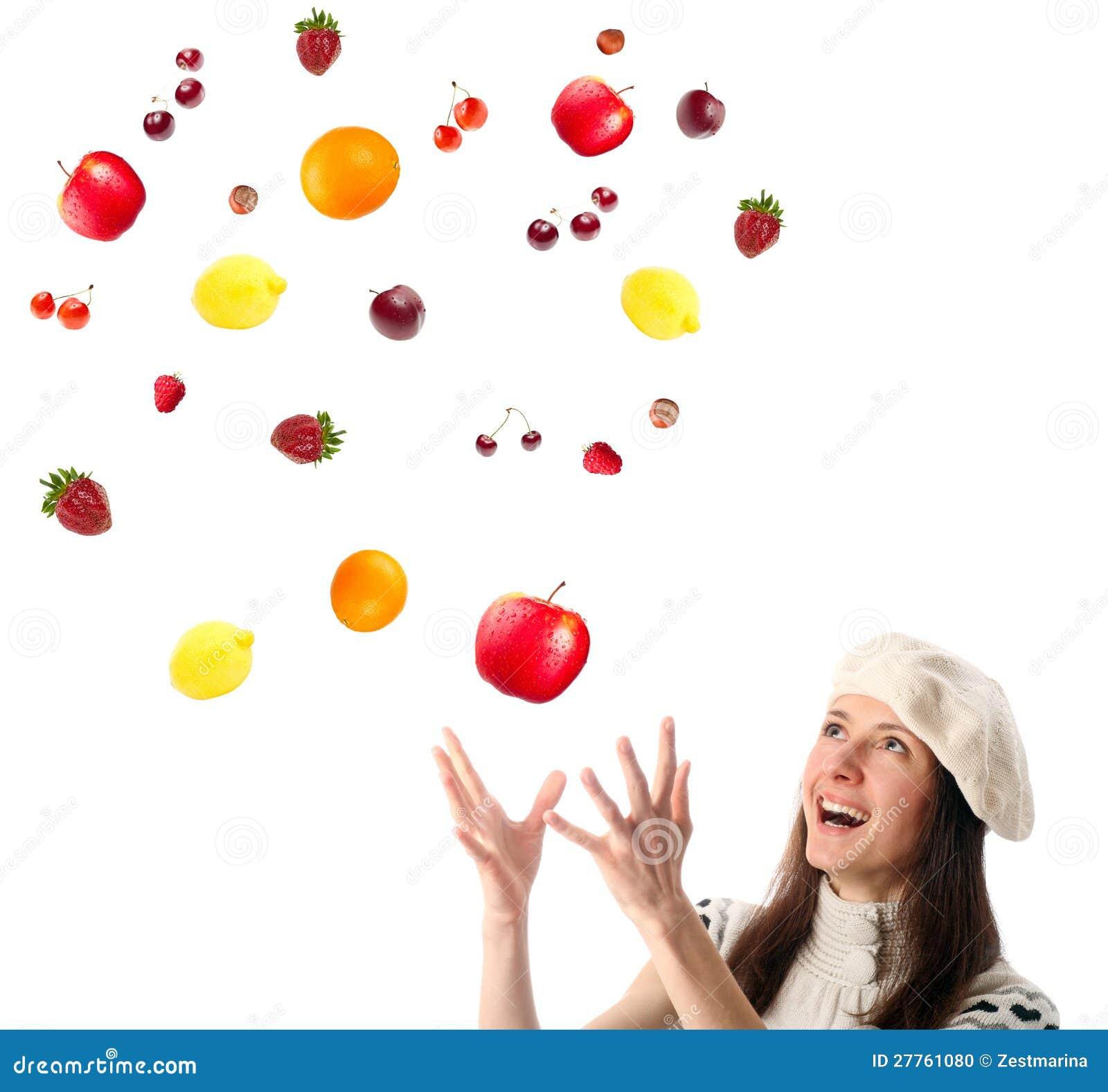 Fruits contagieux et baies de jeune femme heureuse