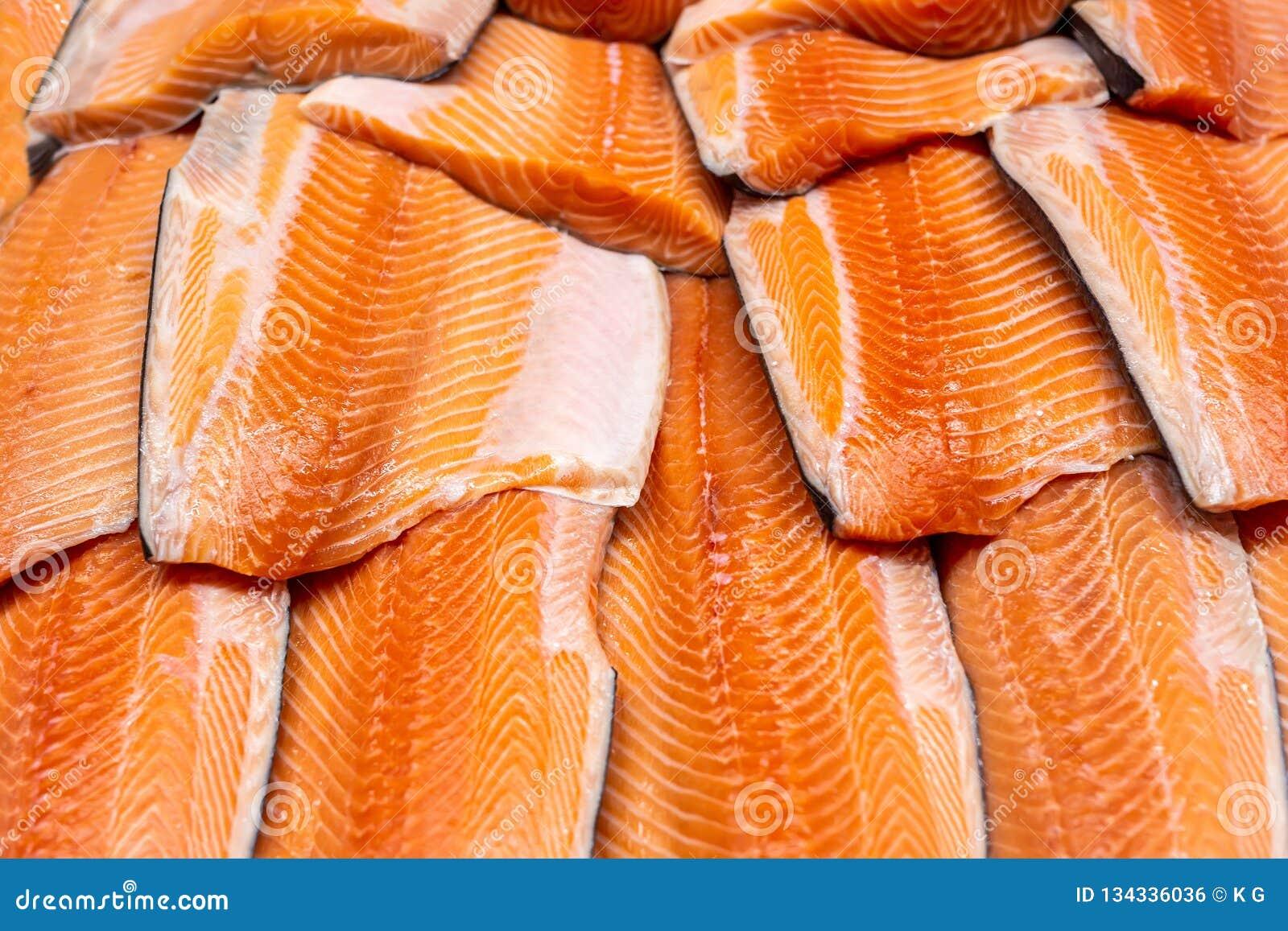 Fruits de mer frais sur la glace écrasée à la poissonnerie Filet saumoné cru sur le compteur d affichage au magasin Bacground de